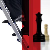 Pies de una persona subiendo una escalera, al fondo se pueden aprecias dos piezas de ajedrez; blanco y negro
