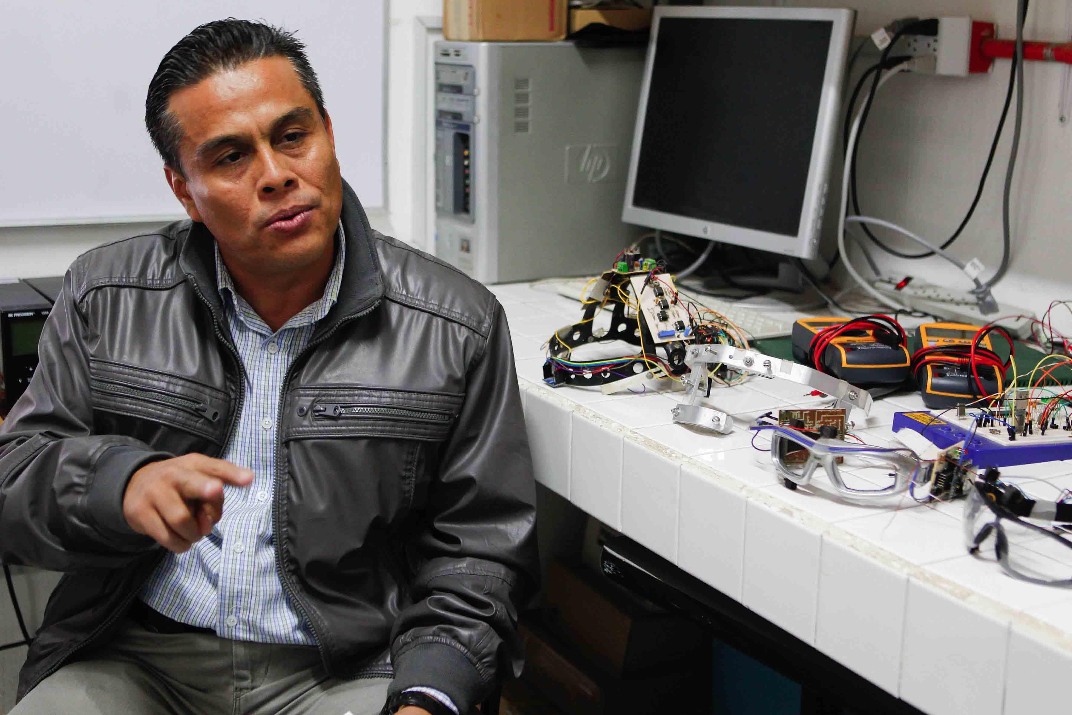 Doctor Juan Carlos Estrada Gutiérrez, encargado del área biomédica del Laboratorio de Biofísica.