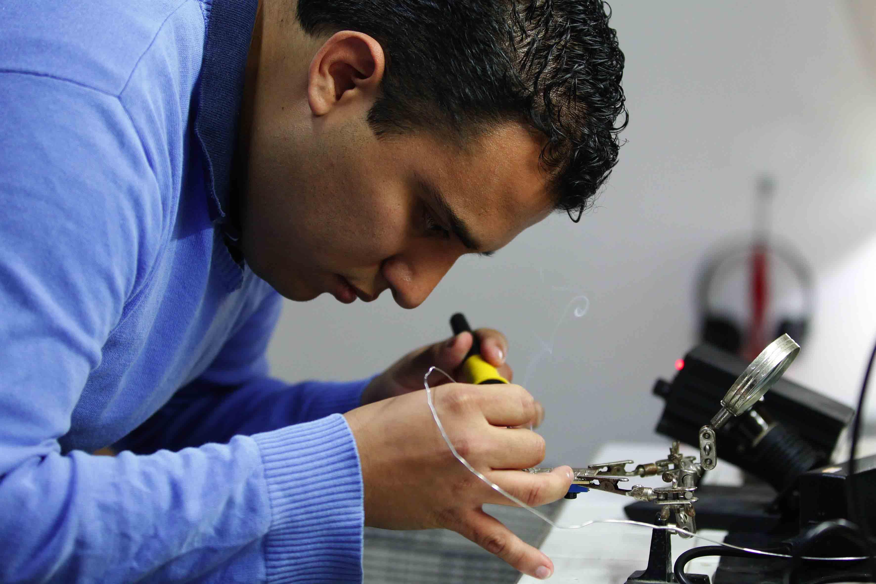 Ingeniero, Ernesto Edgar Mazón Valadez, trabajando en proyecto.