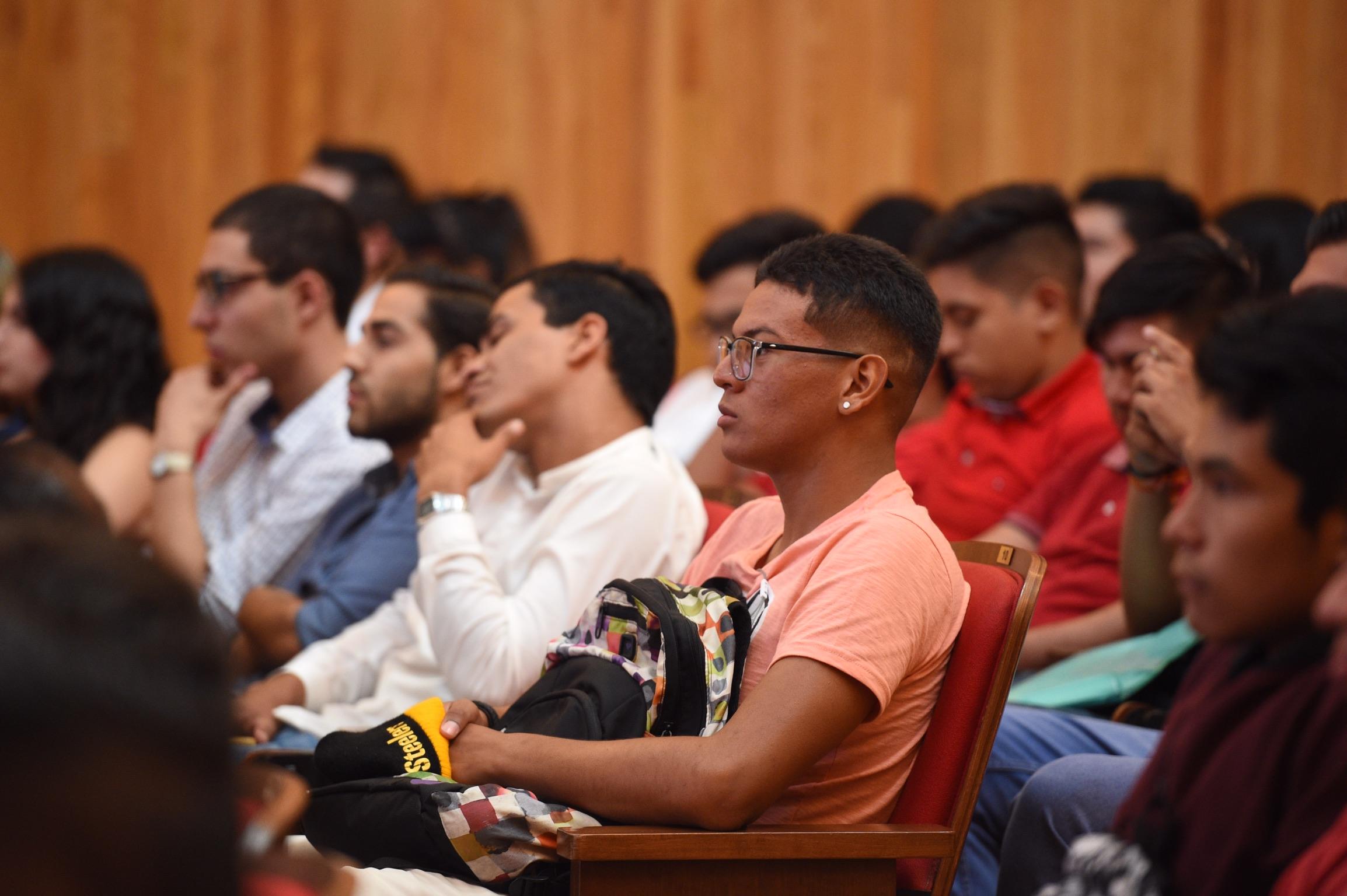 Estudiantes de la Red Universitaria asistentes a la ceremonia de festejo, en el Paraninfo Enrique Díaz de León.