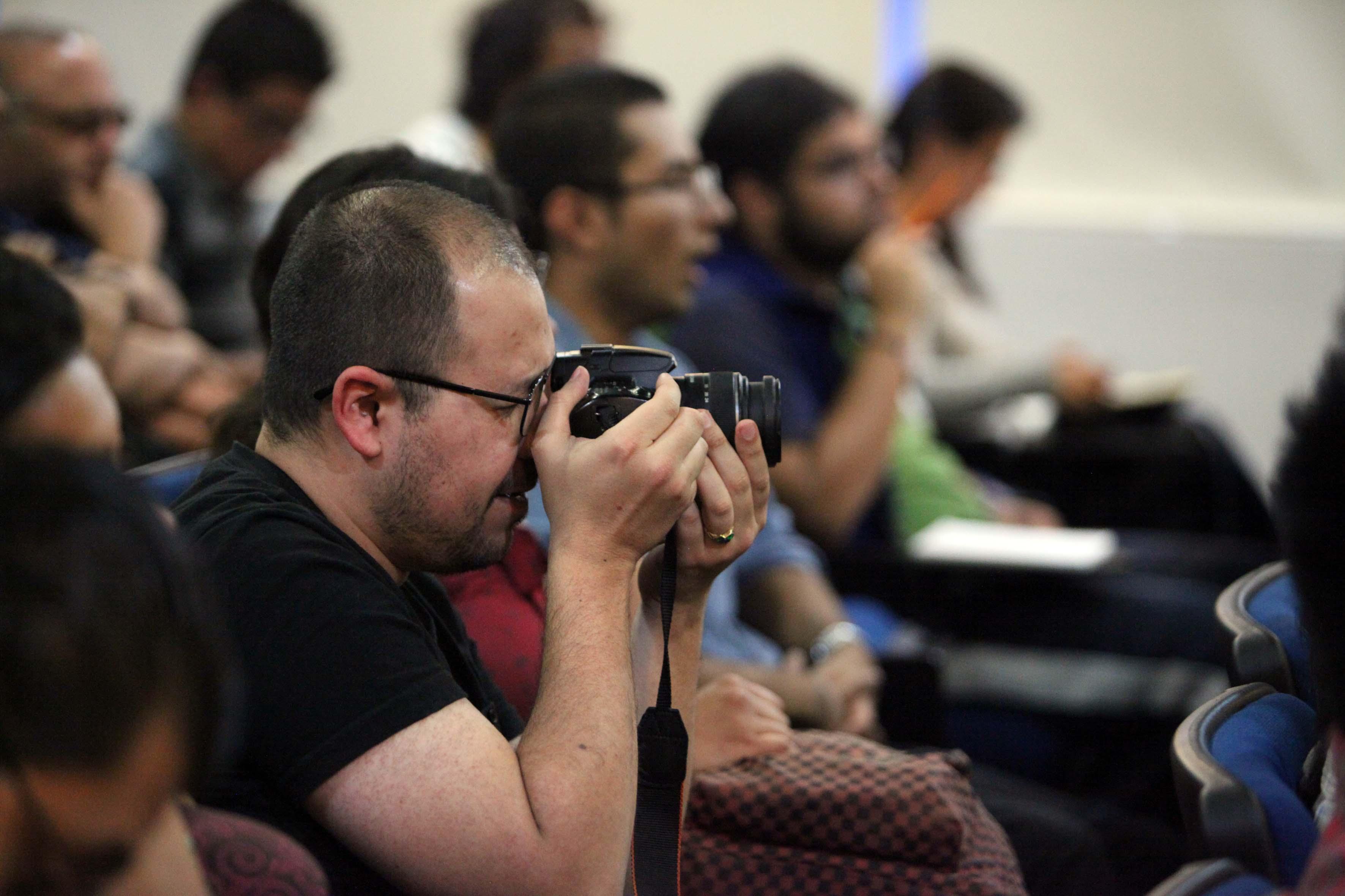Fotografo presente en la conferencia