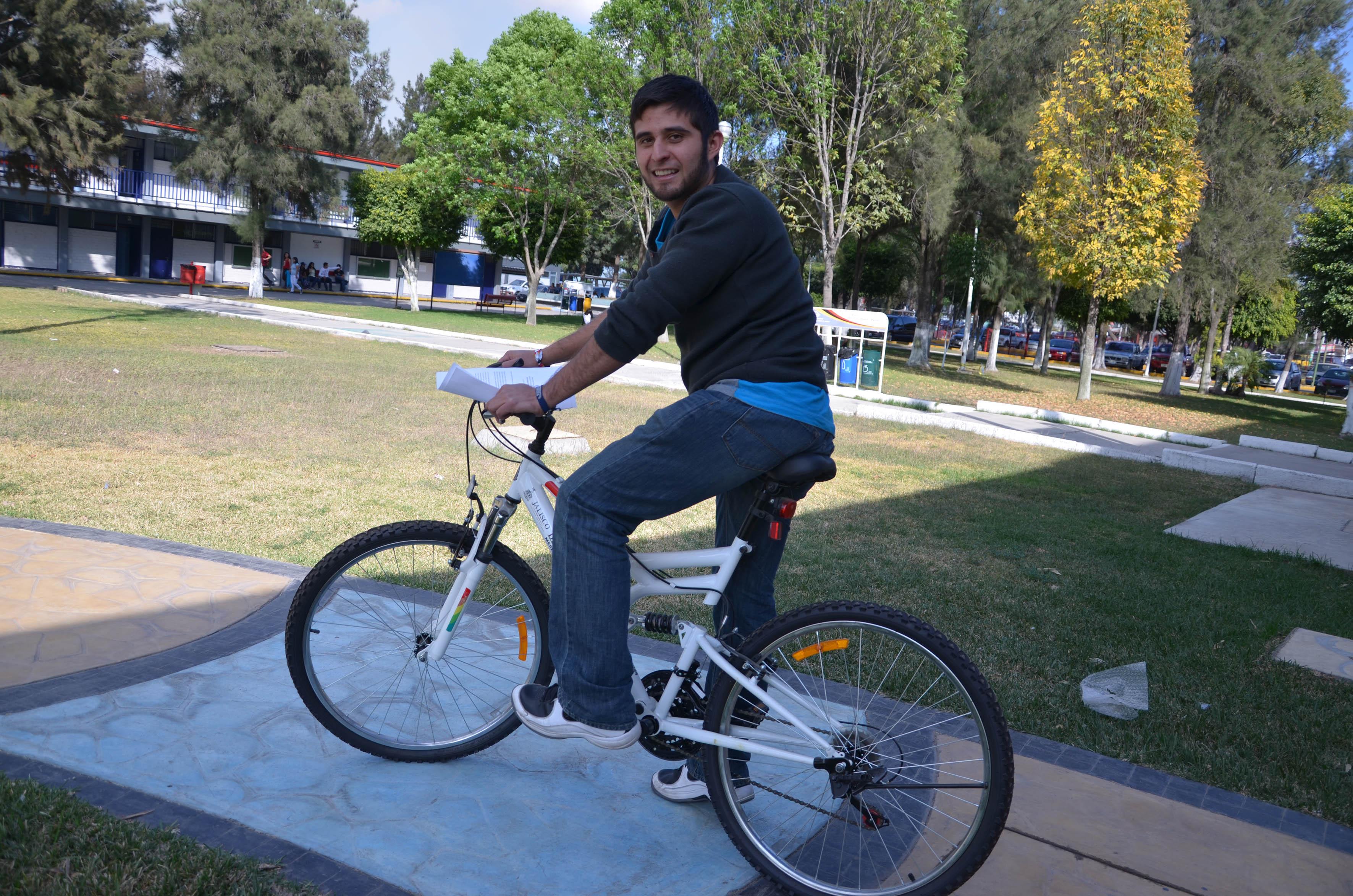 Estudiante montado en bicicleta