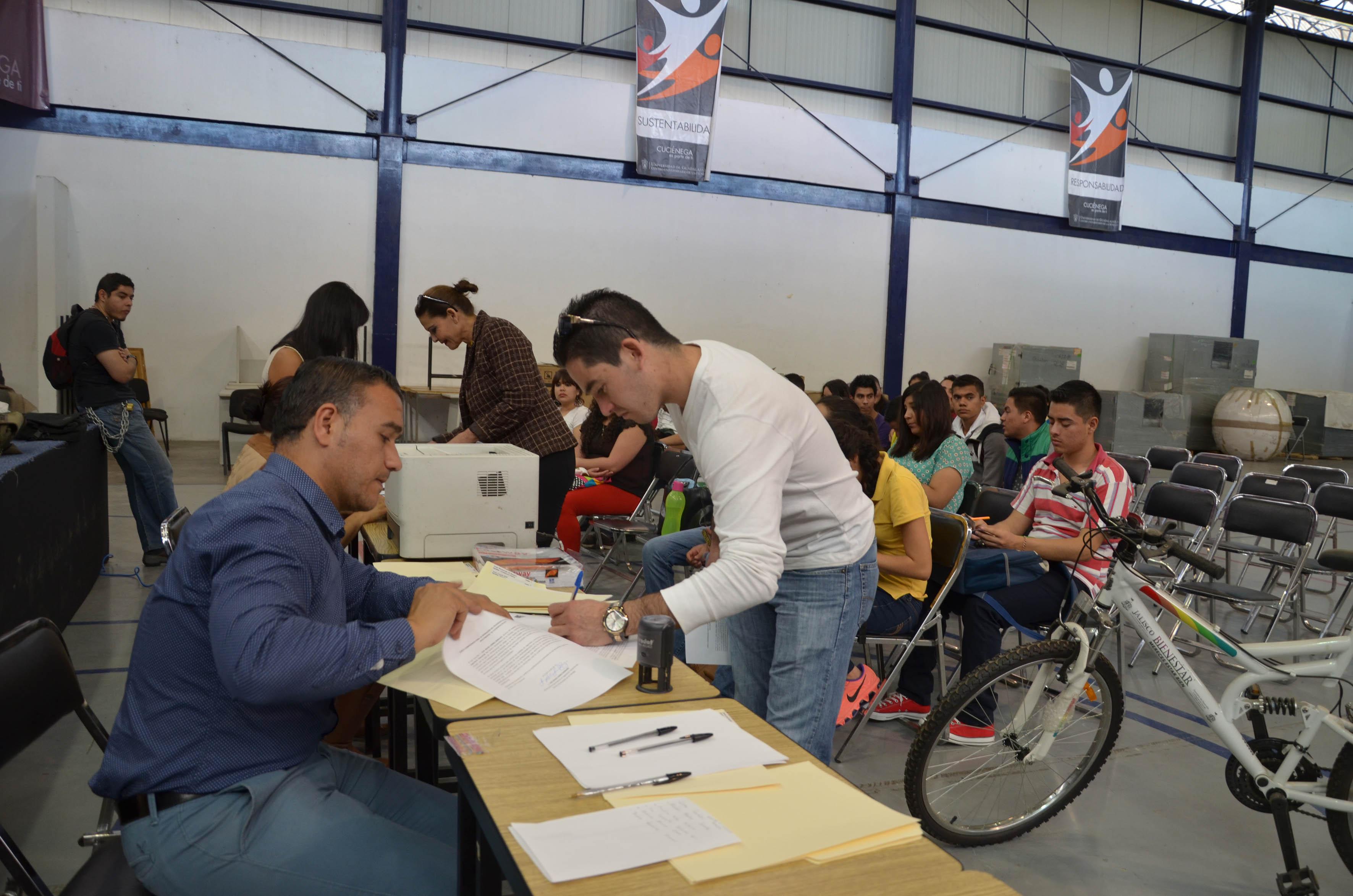 Alumno firmando la recepción de bicicleta