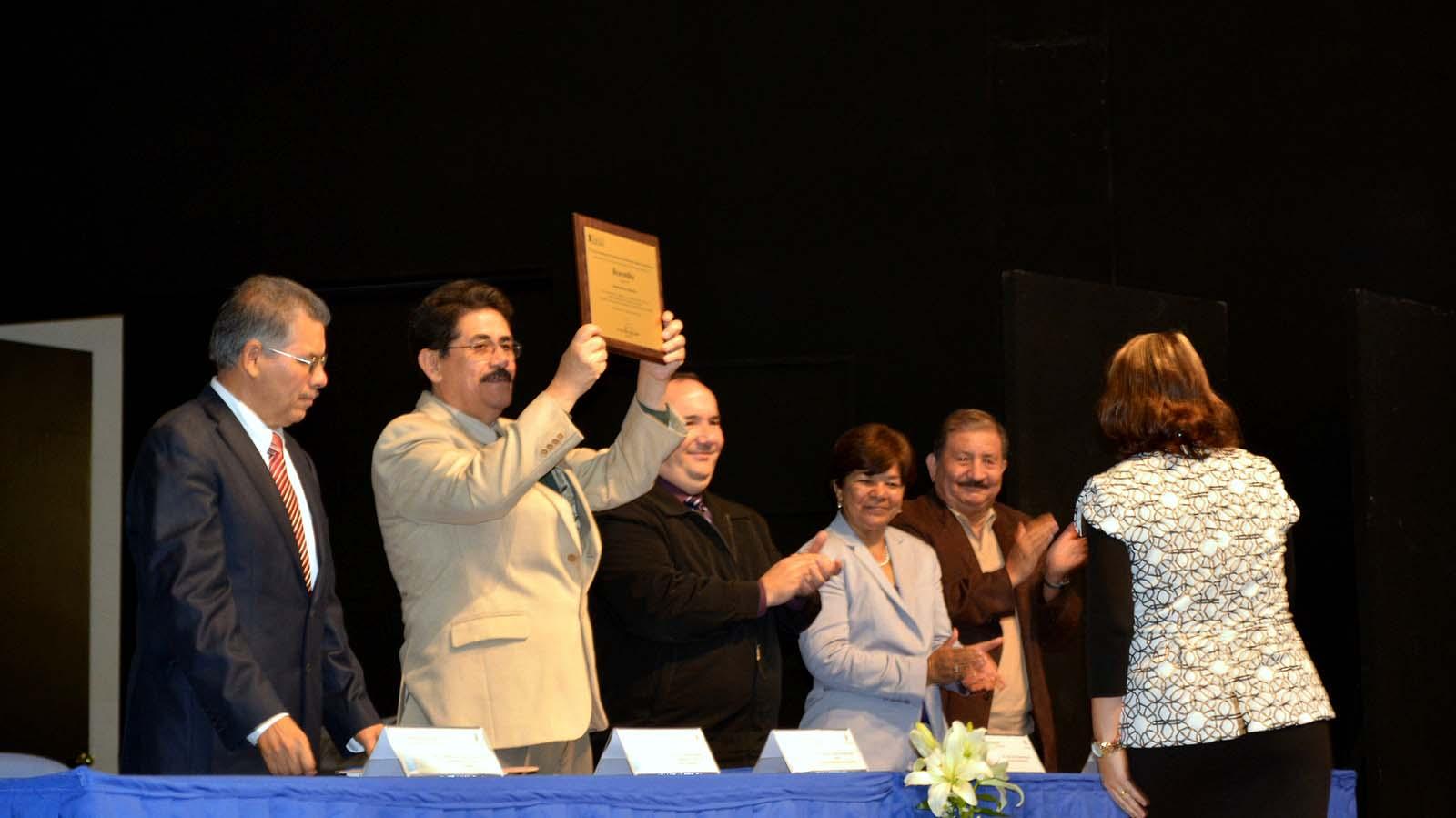 Mtro. Alfredo Tomás Ortega Ojeda, Rector de Cucsur mostrando acreditación oficial