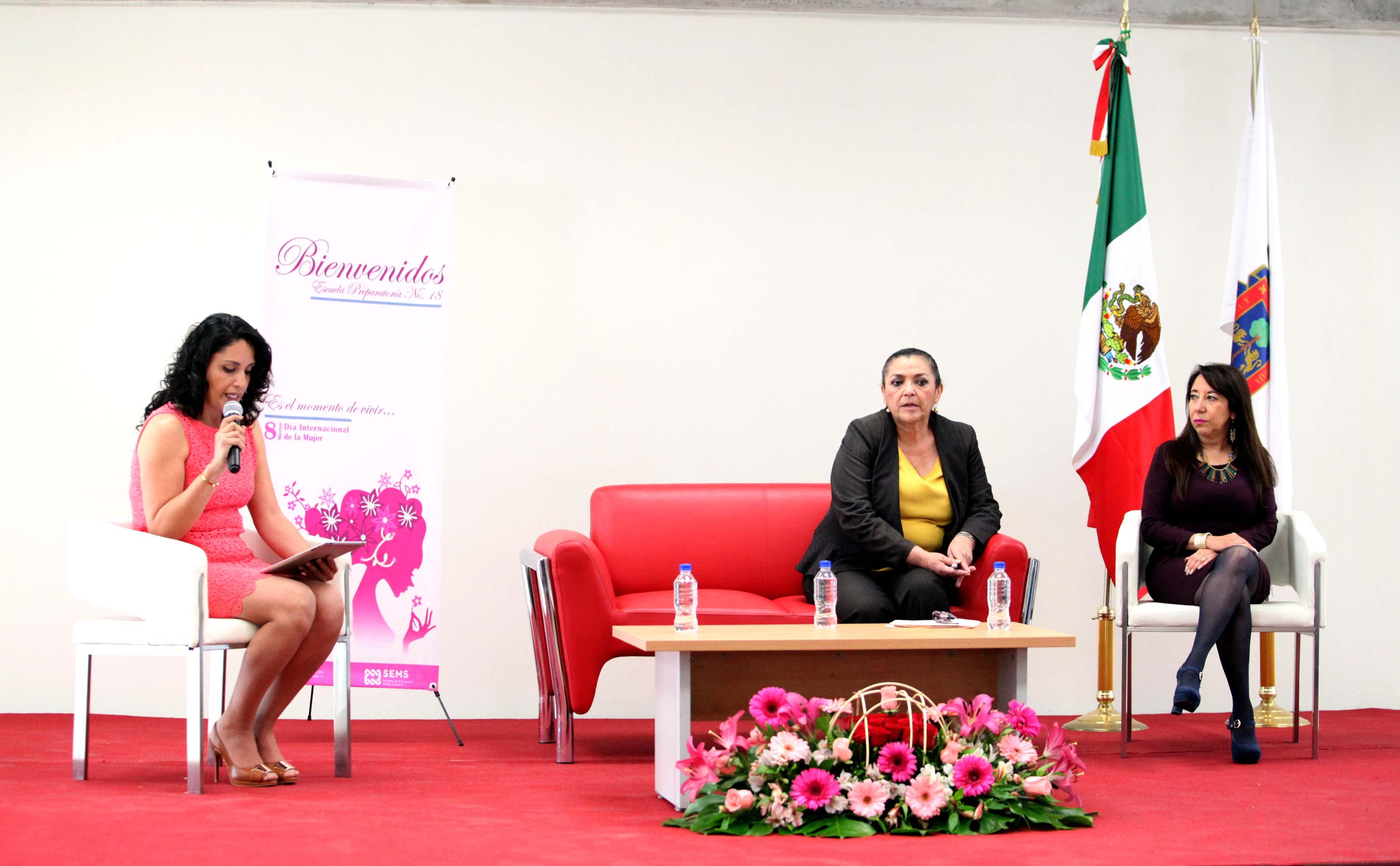 Ponentes en conferencia de conmemoración del dia de la mujer