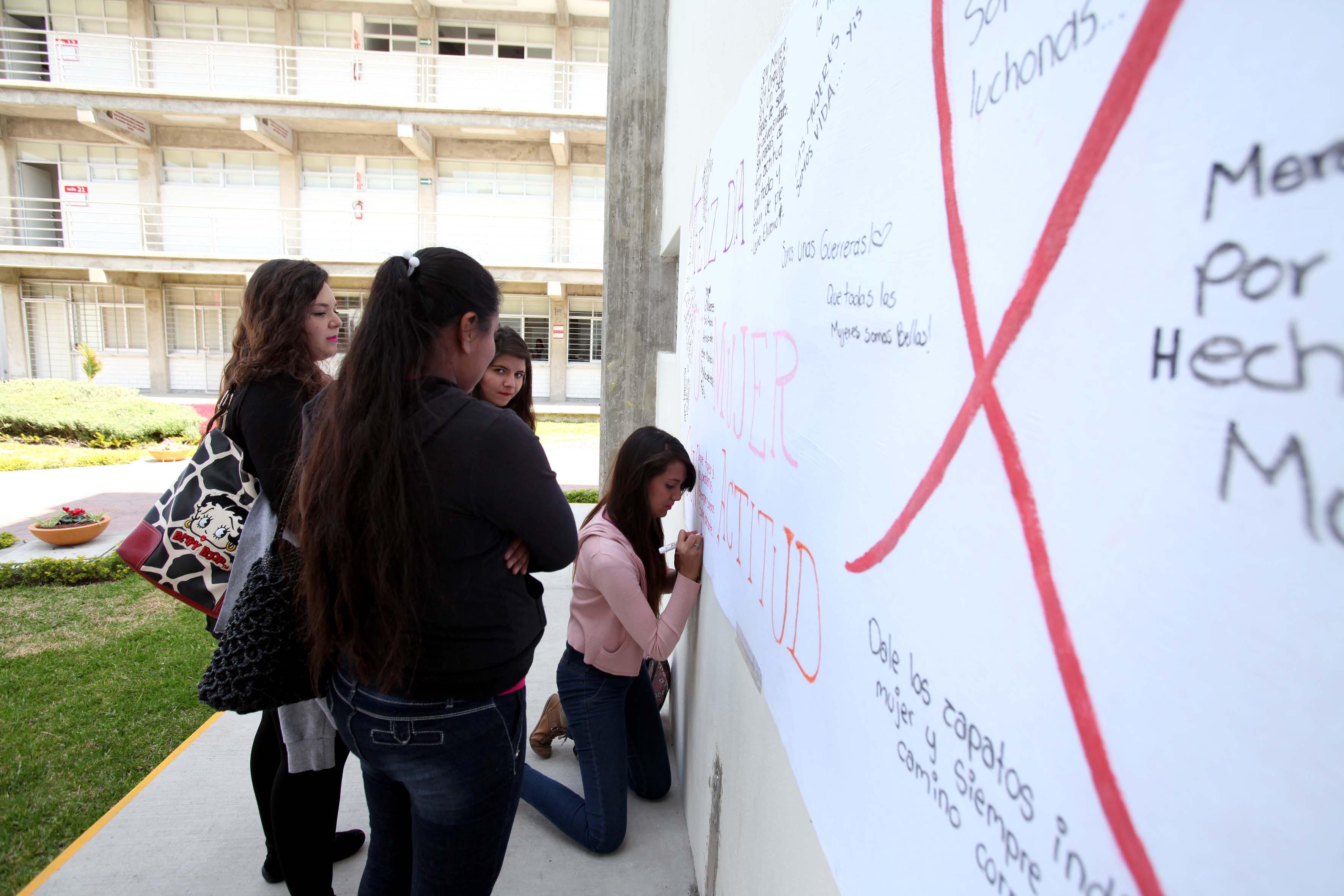 Alumnas del SEMS expresando sus ideas en un cartel sobre el dia internacional de la mujer