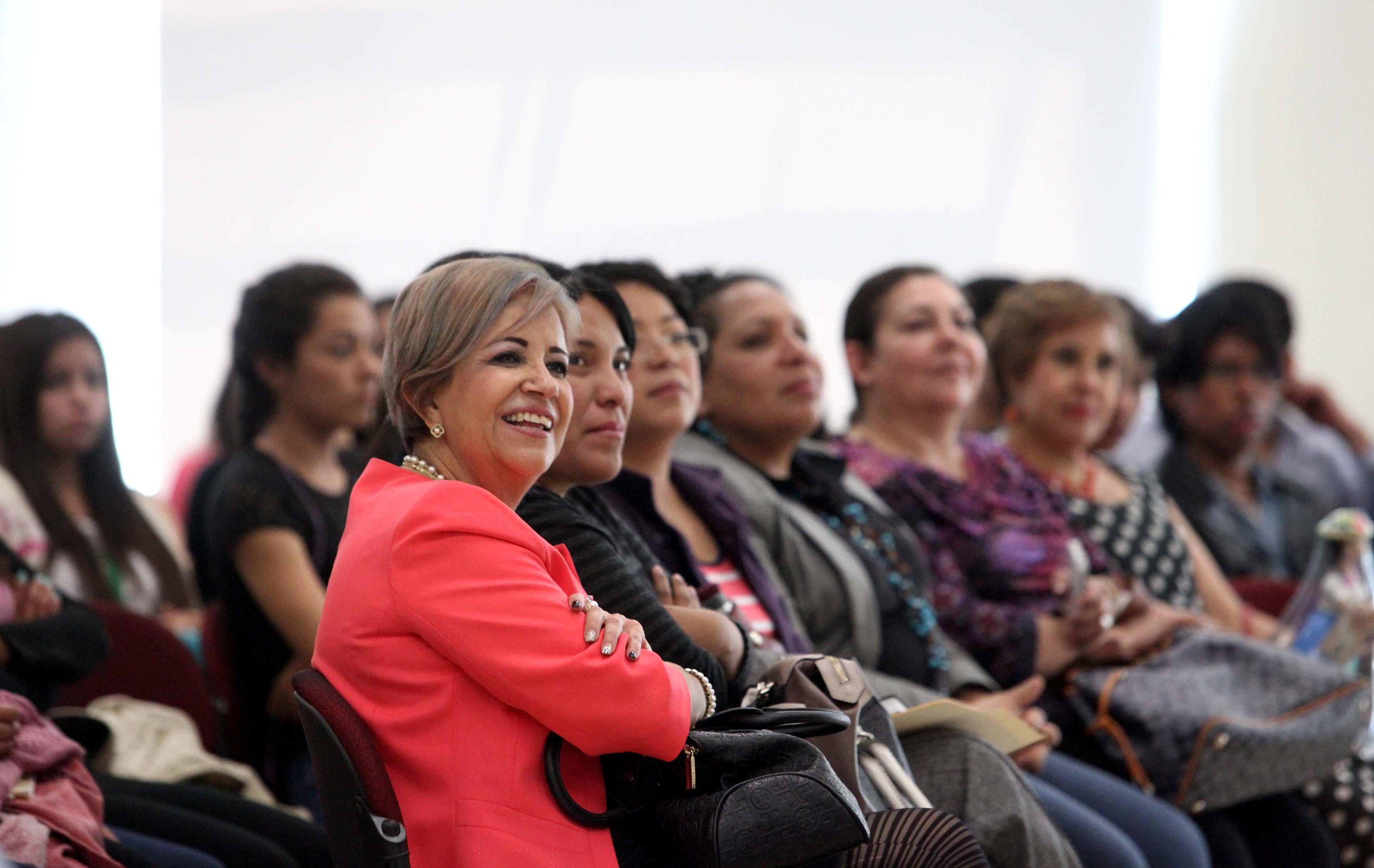 Publico asistente a la conferencia del dia internacional de la mujer