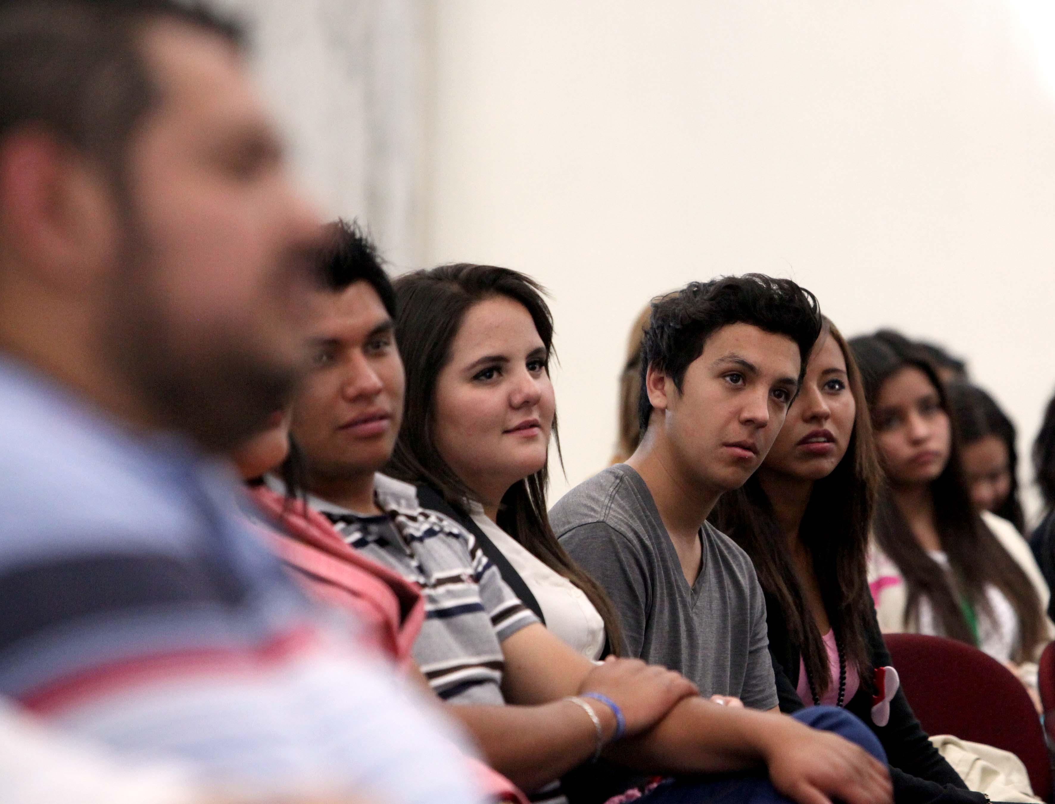 Hombres y mujeres participando en la conferencia del dia internacional de la mujer