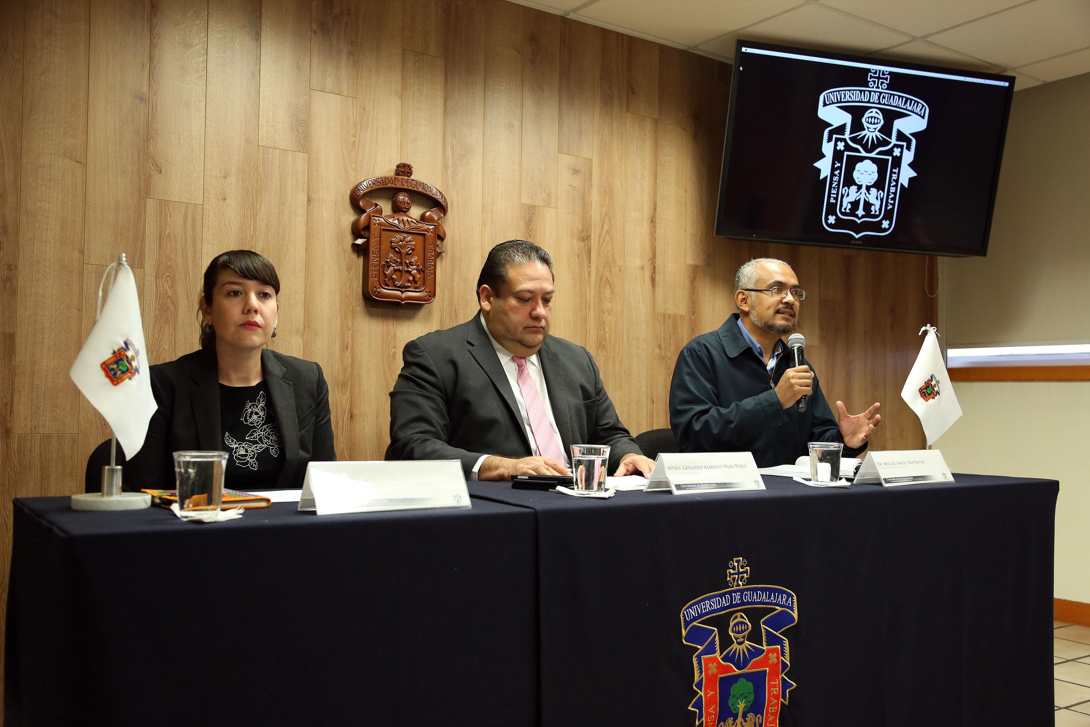 En la imagen panelistas en la rueda de prensa.