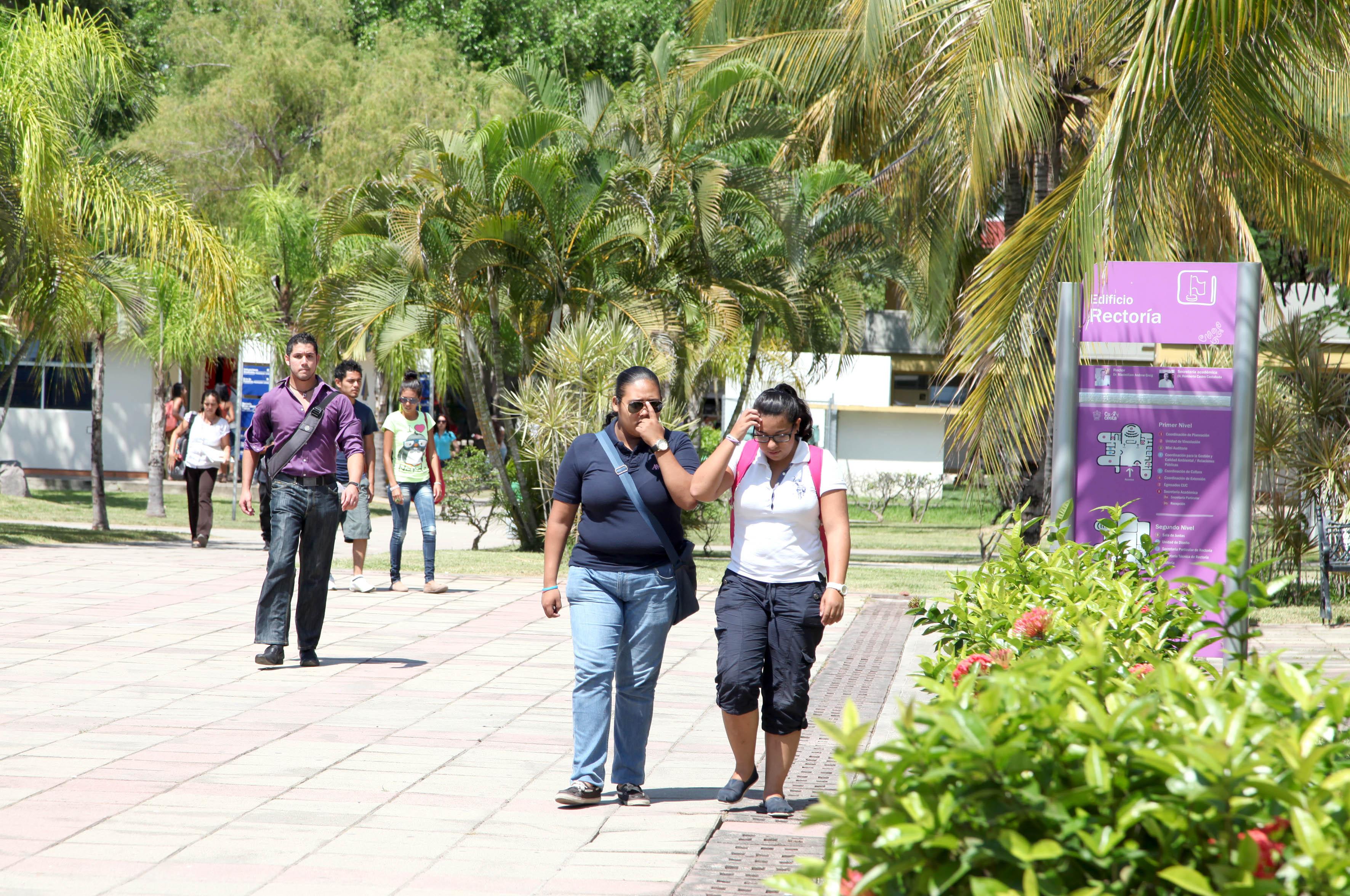 Alumnos caminando por las instalaciones de CUCosta