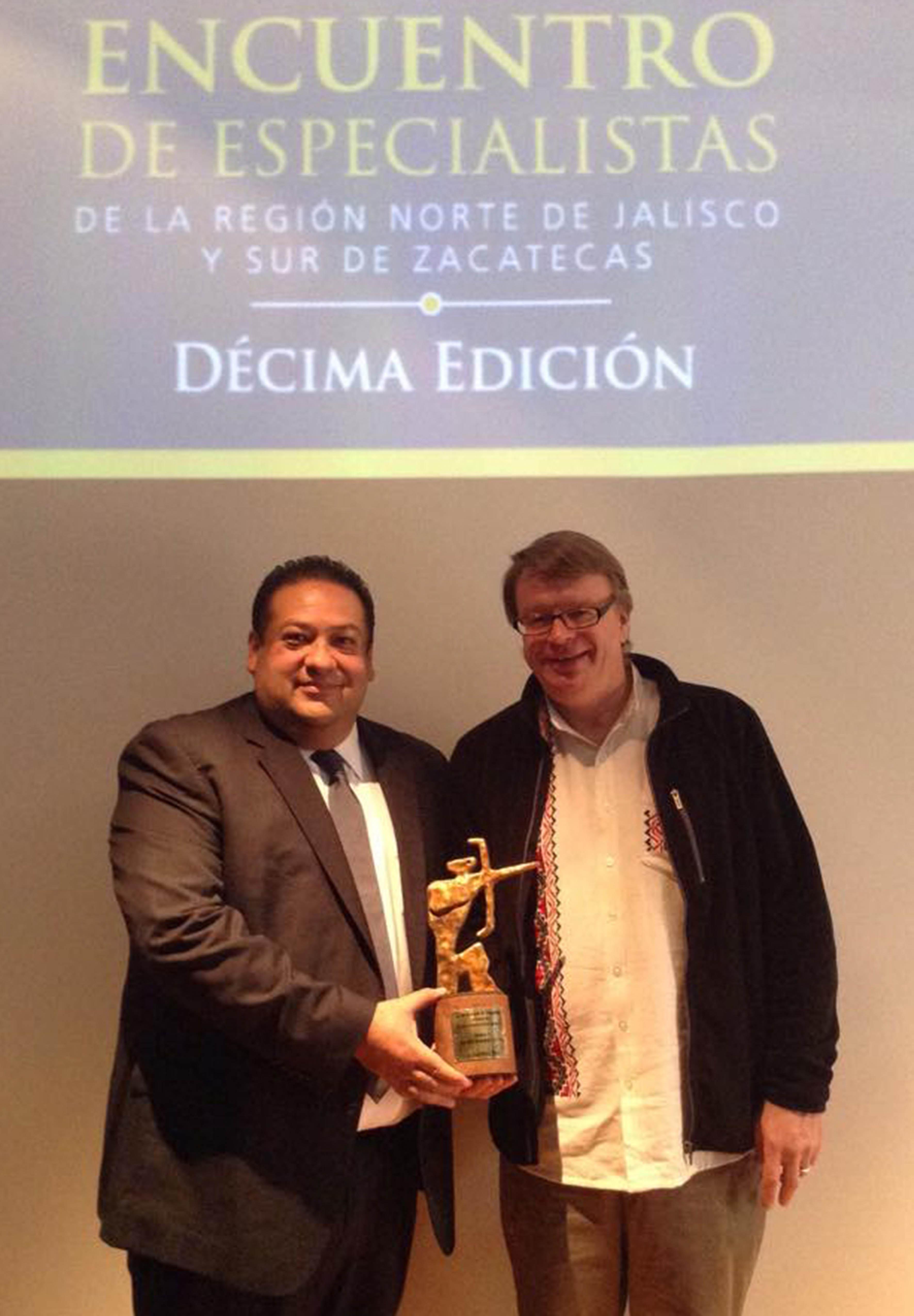 Mtro. Gerardo Alberto Mejía Perez haciendo entrega de reconocimiento a Gunther Dietz