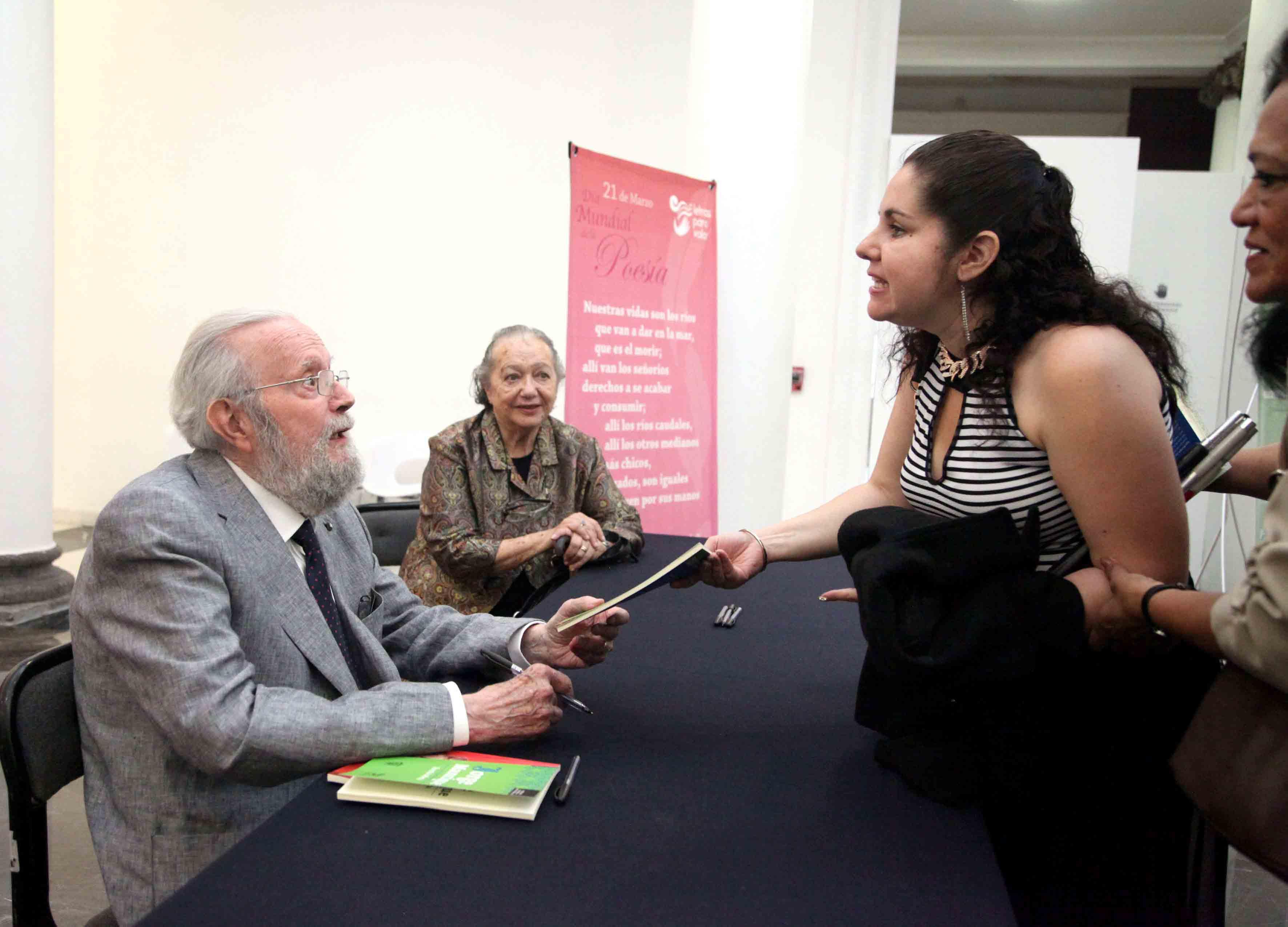 """Firma de autógrafo del primer ejemplar de la Colección de Poesía que edita  """"Letras para Volar"""" del Dr. Hugo Gutiérrez Vega."""