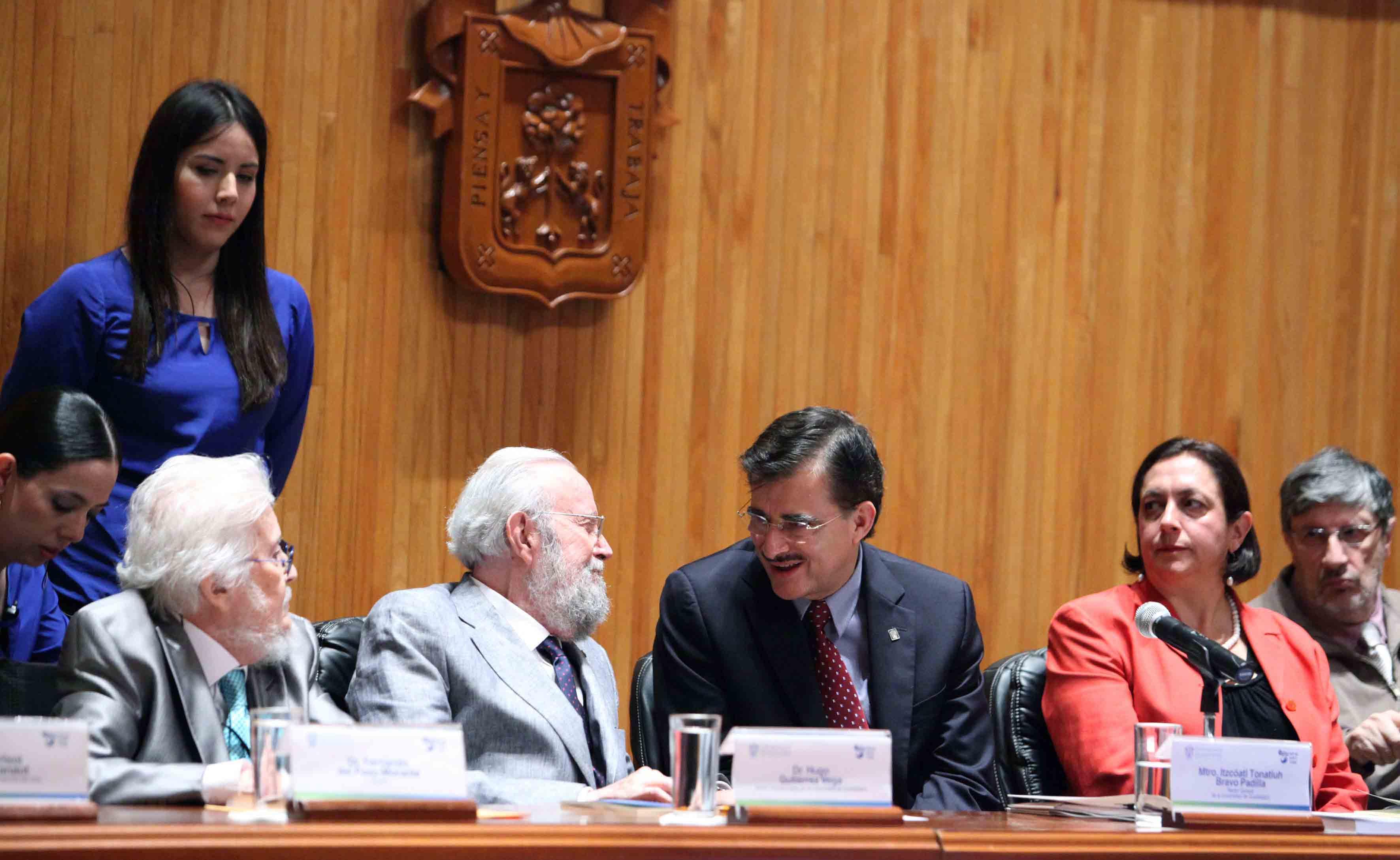 Conversaciones en el Paraninfo Enrique Díaz de León, entre el maestro Itzcóatl Tonatiuh Bravo Padilla, Rector General de la UdeG, y el Dr. Hugo Gutiérrez Vega.