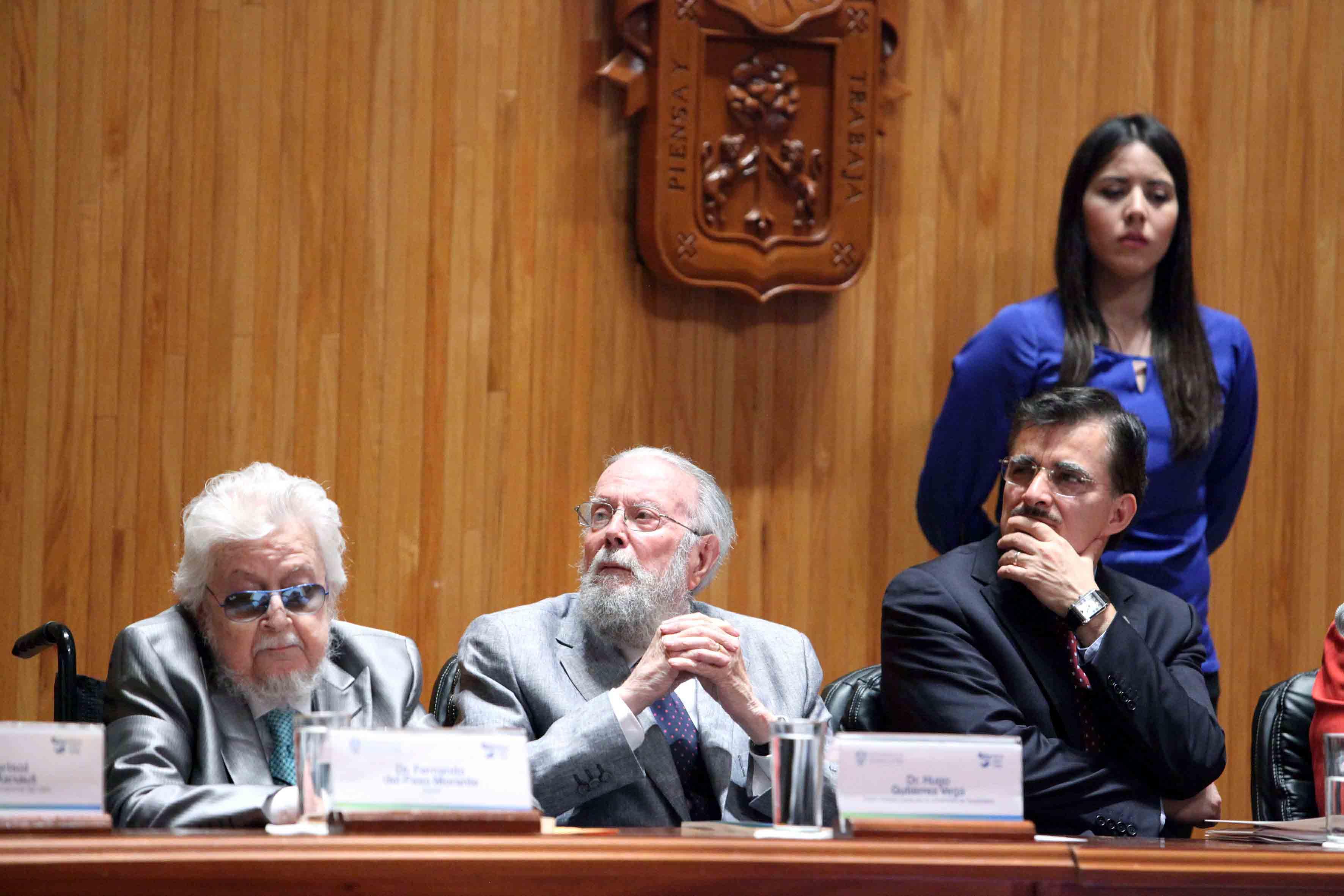 El escritor Fernando del paso, Hugo Gutiérrez Vega, Doctor Honoris causa por la UdeG, y el Rector General de la UdeG, Maestro Itzcóatl Tonatiuh Bravo Padilla.