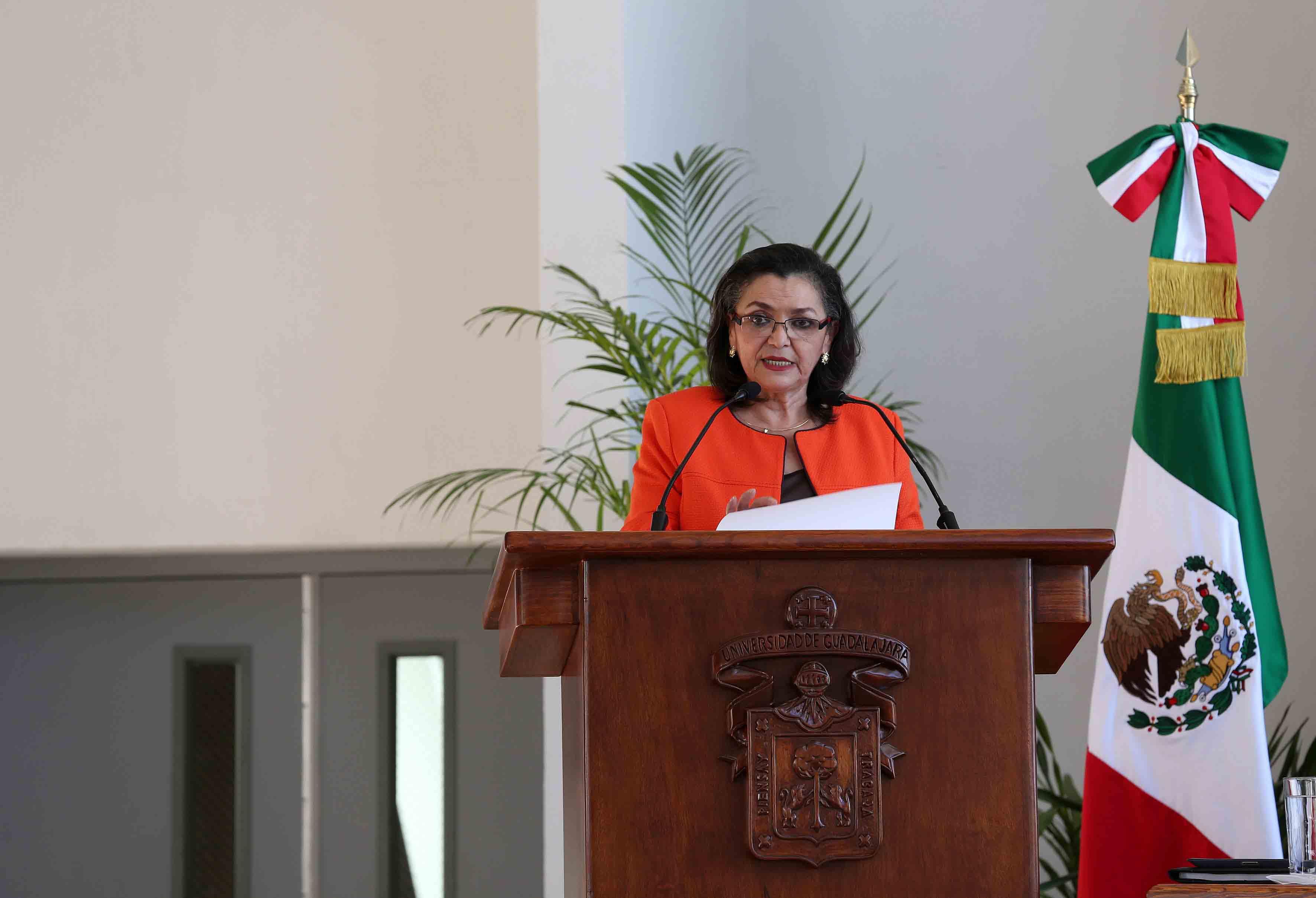 Dra. Ruth Padilla Muños hablando frente al microfono