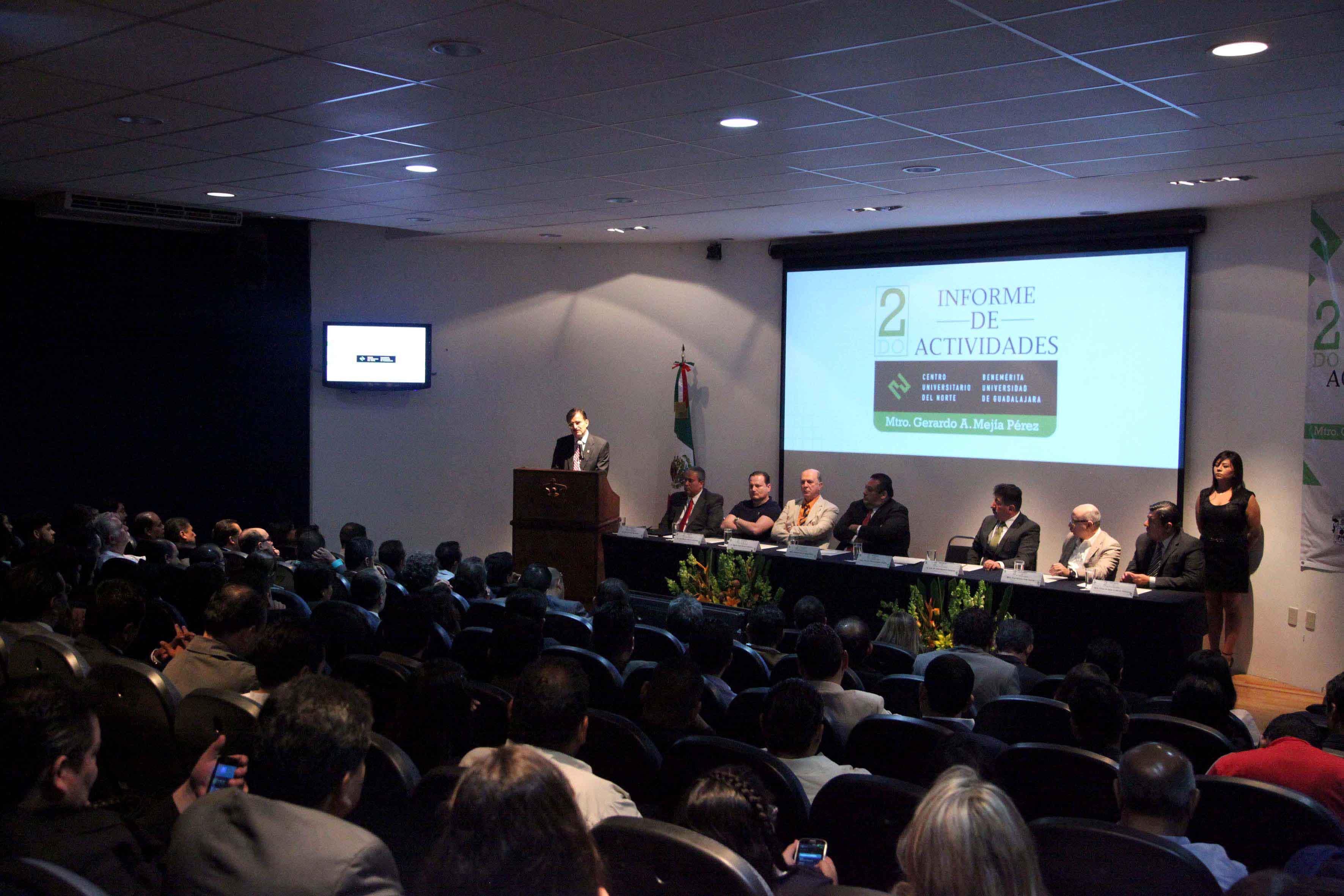 Rector General ante autoridades universitarias del centro en el segundo informe de actividades del maestro Gerardo Alberto Mejía Pérez, Rector de CUNorte.