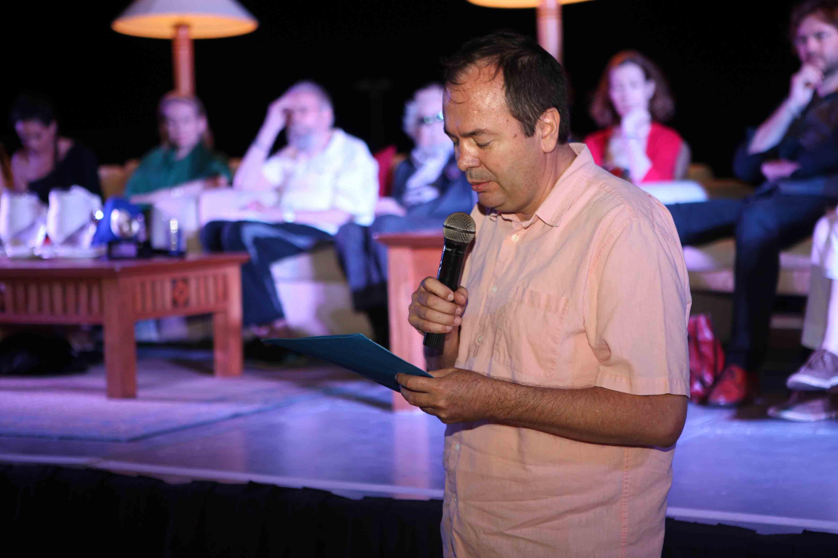 En el recital, un hombre participando
