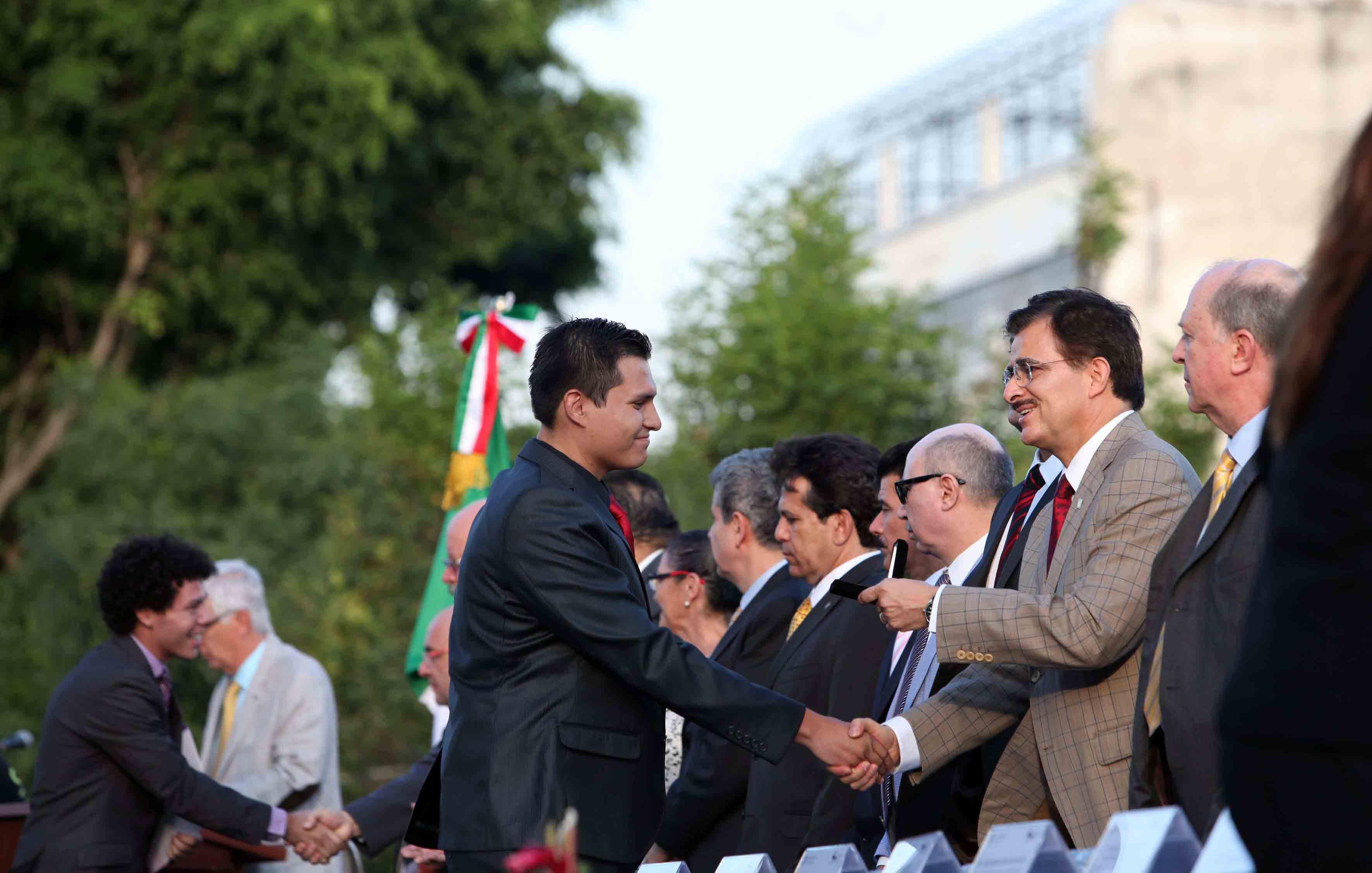 El Rector General, maestro Itzcóatl Tonatiuh Bravo Padilla entrega reconocimiento a alumno.