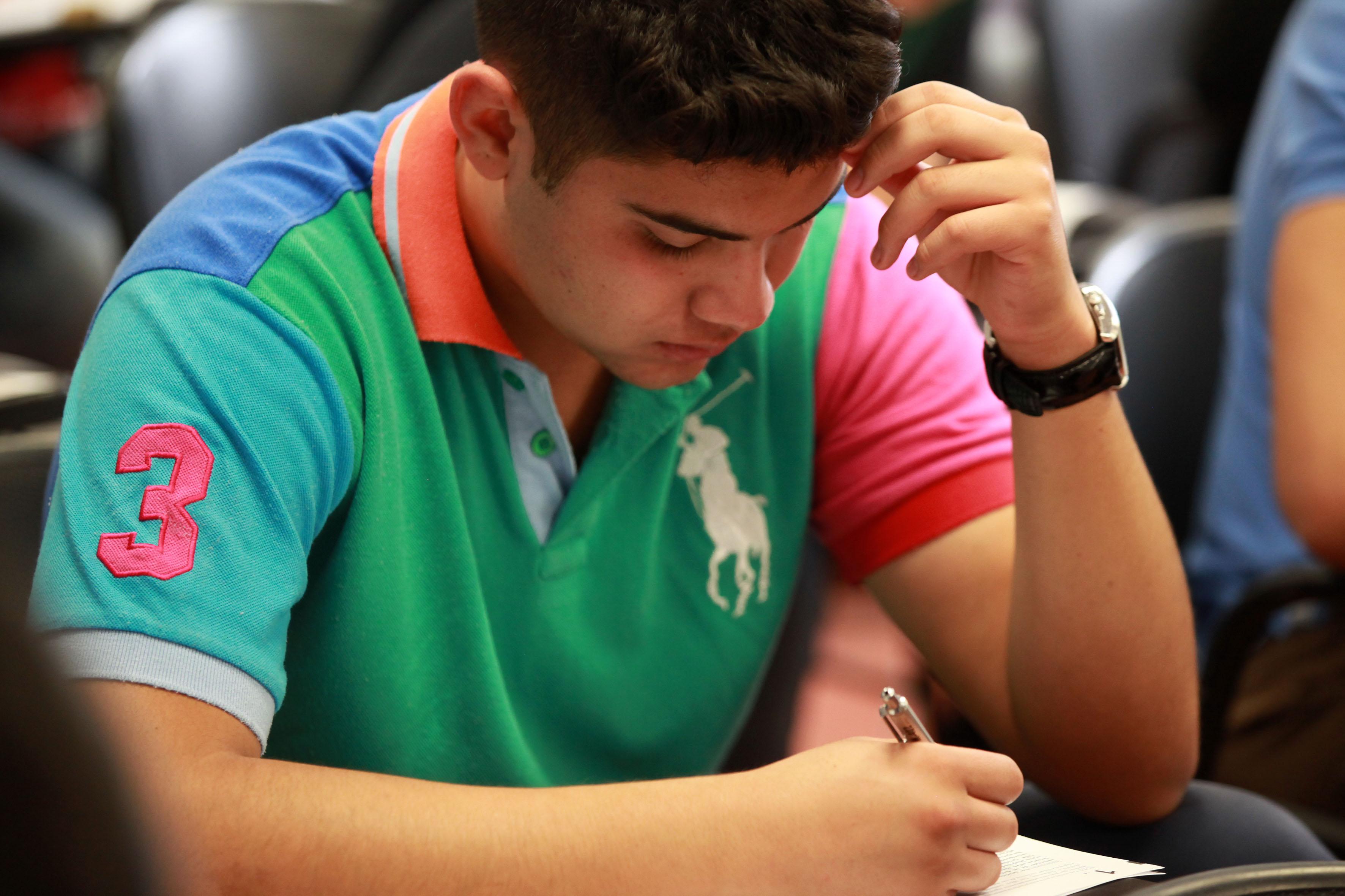 Alumno escribiendo