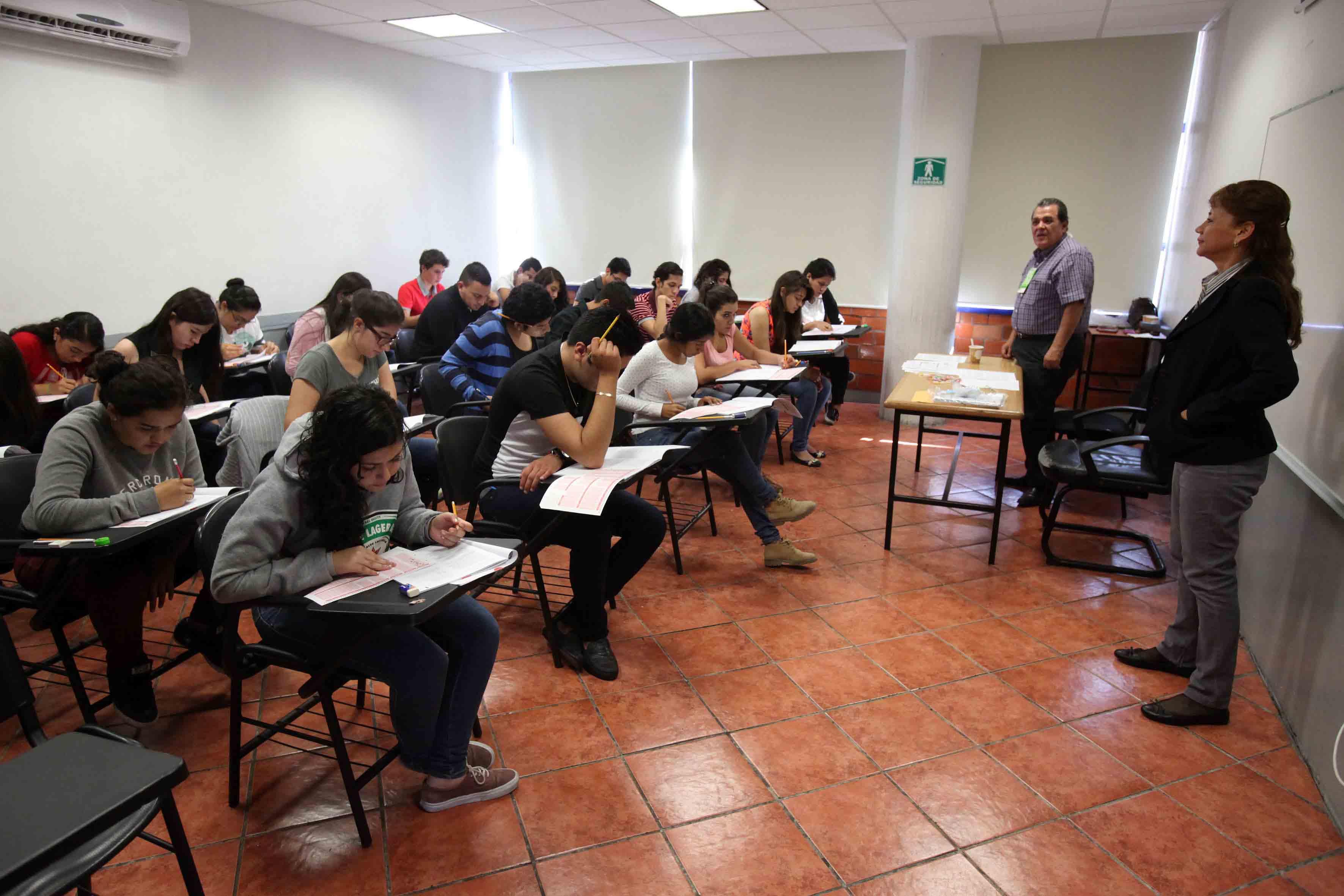 Aspirantes a licenciaturas presentando examen de admisión
