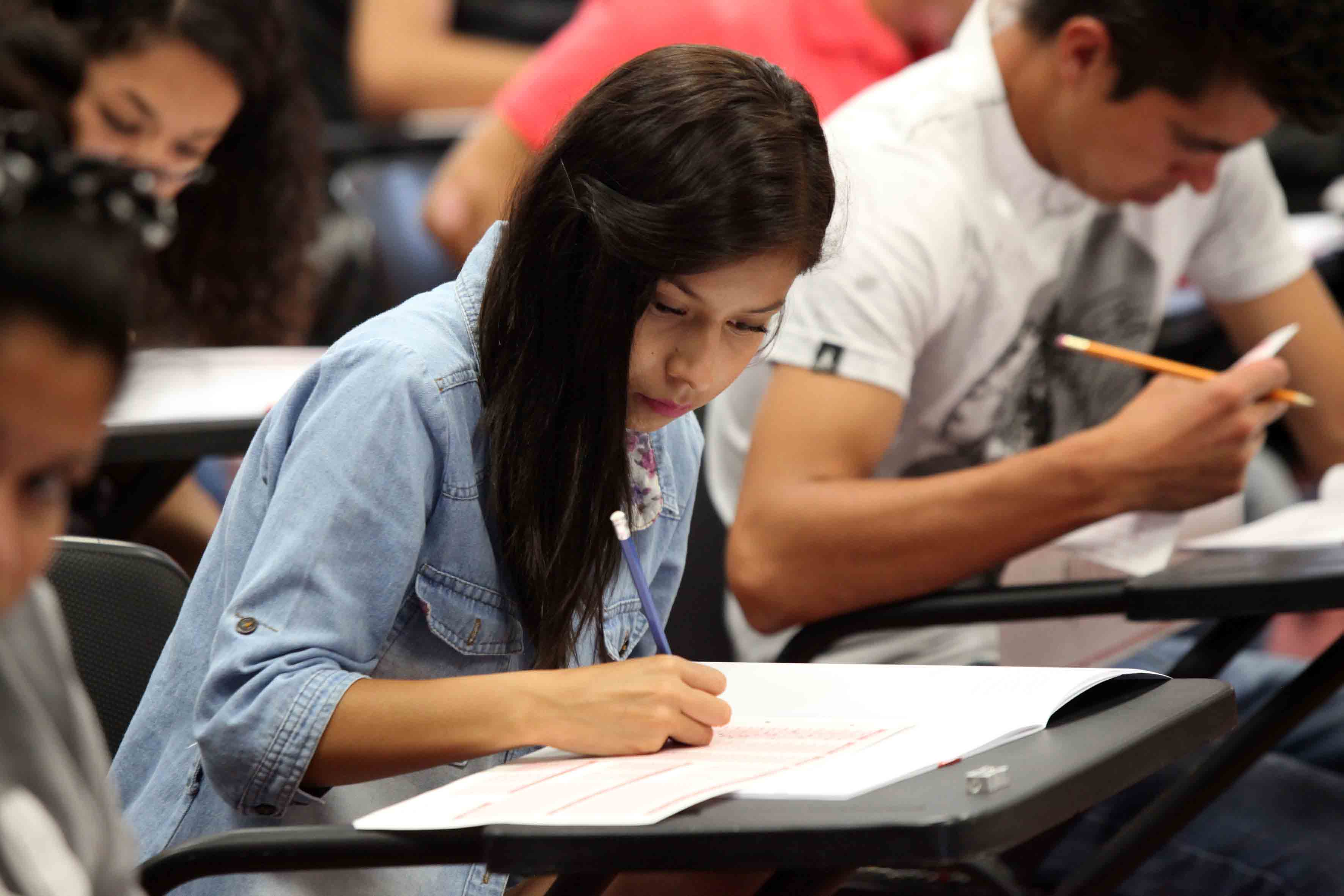 Aspirante a licenciatura realizando examen