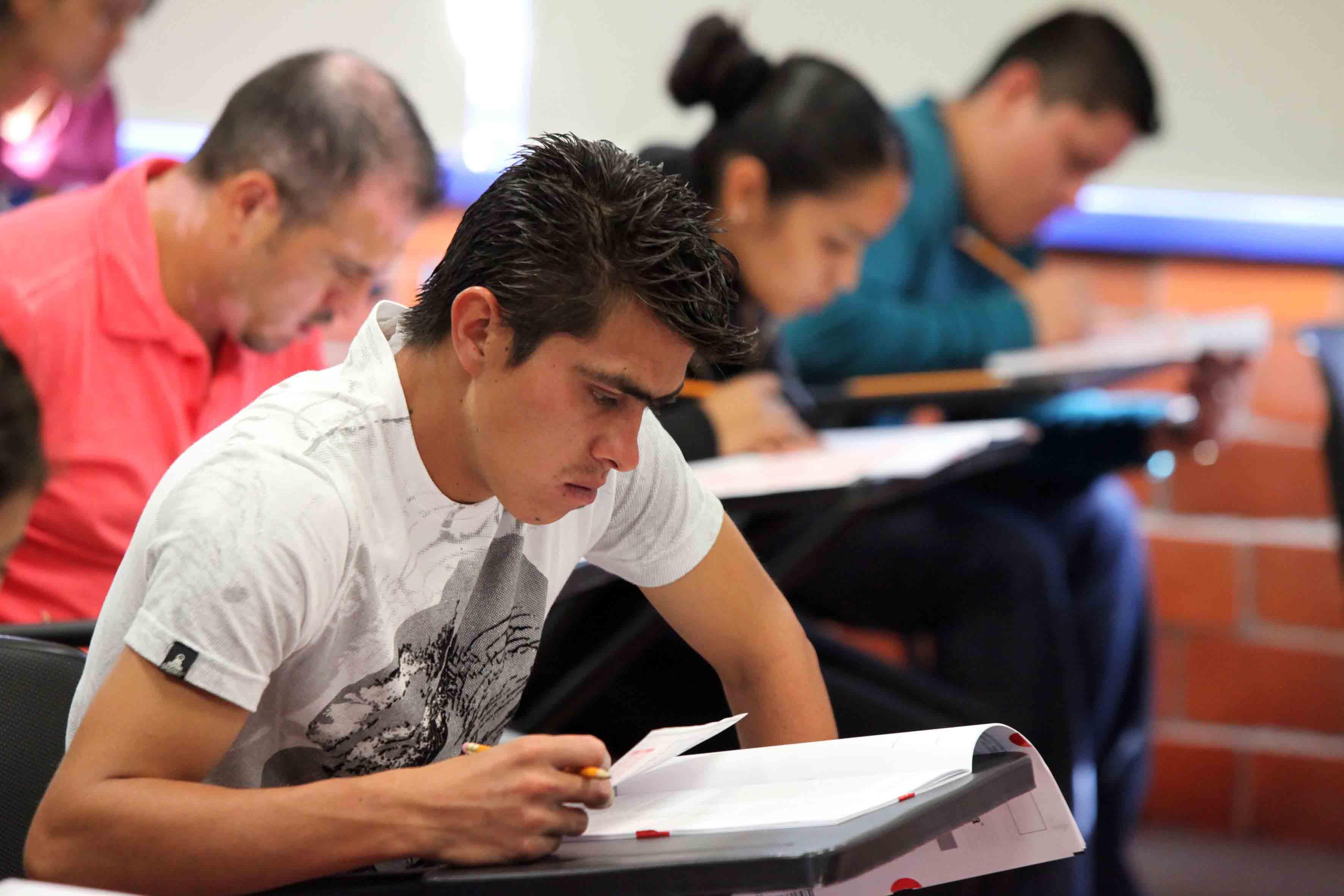 Aspirante a licenciatura realizando examen de admisión