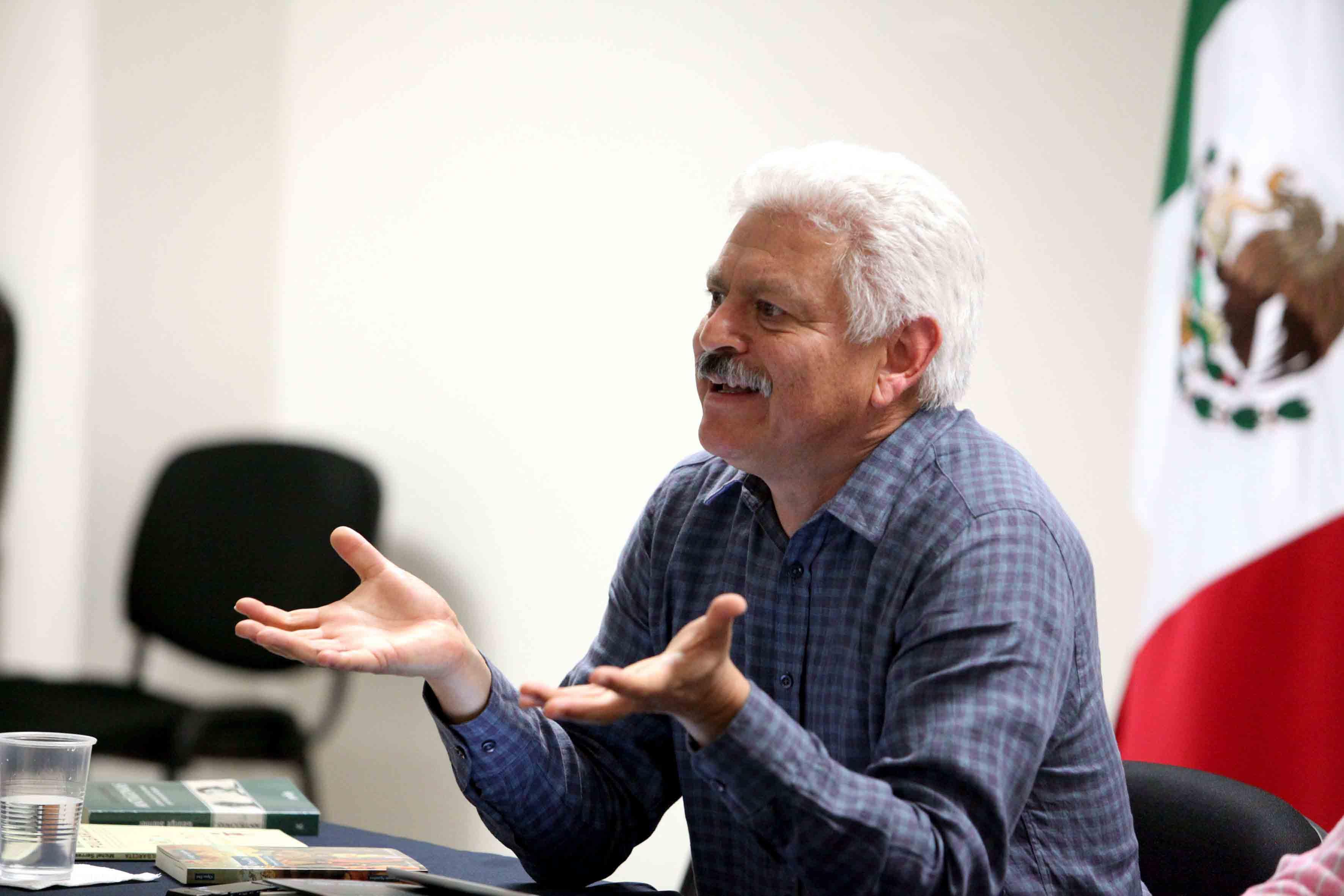 """Doctor Roberto Castelán Rueda impartiendo  la conferencia """"Documento y lenguaje"""