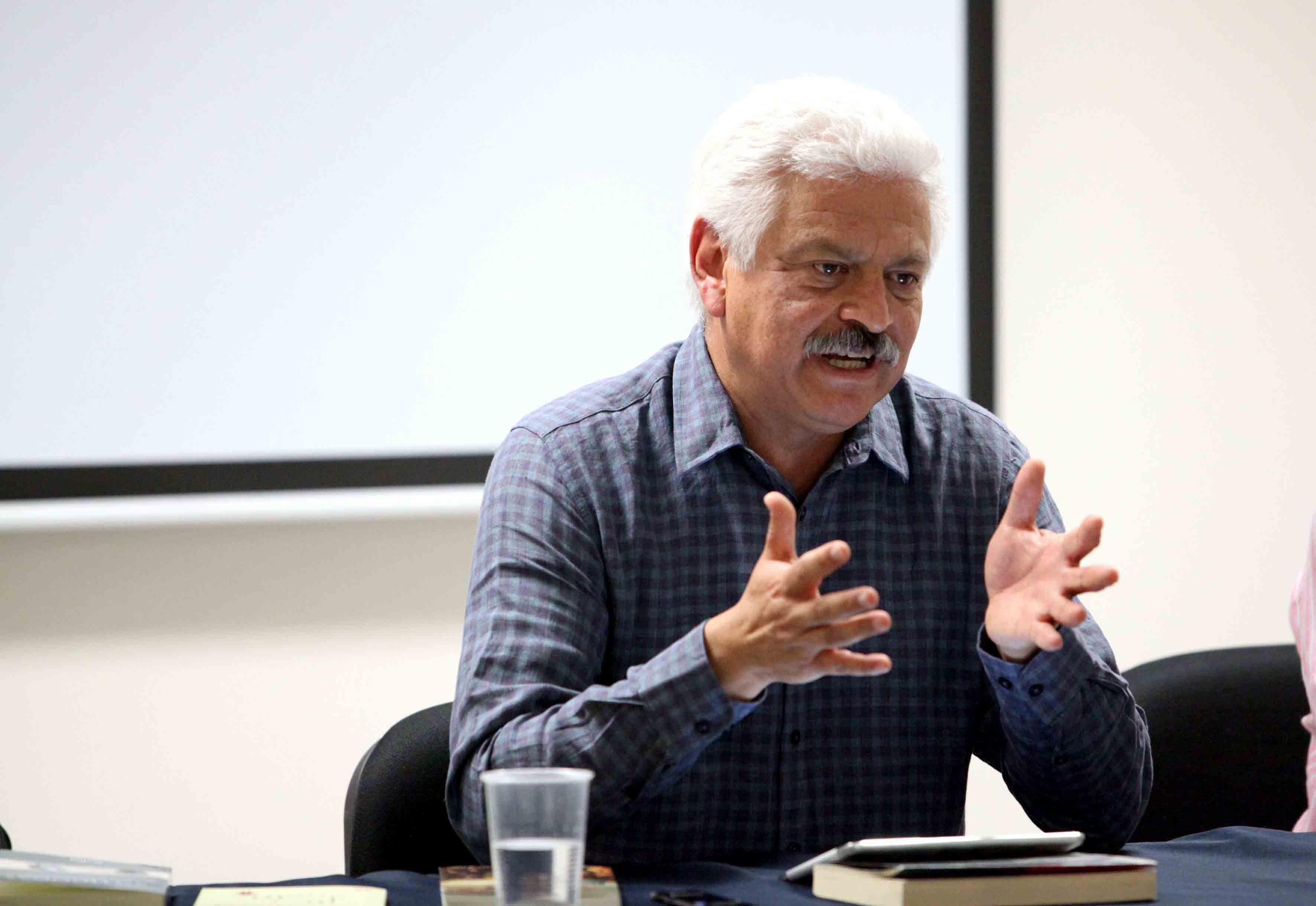 Doctor Roberto Castelán Rueda impartiendo la conferencia