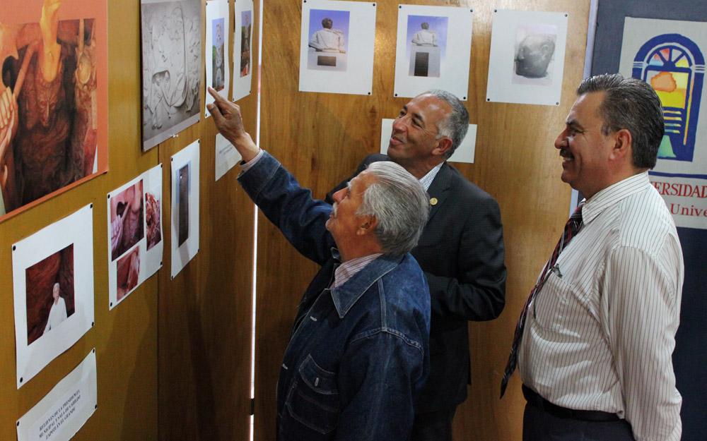 Rector de CUSur y Ramón Villalobos Castillo, observando  obras expuestas