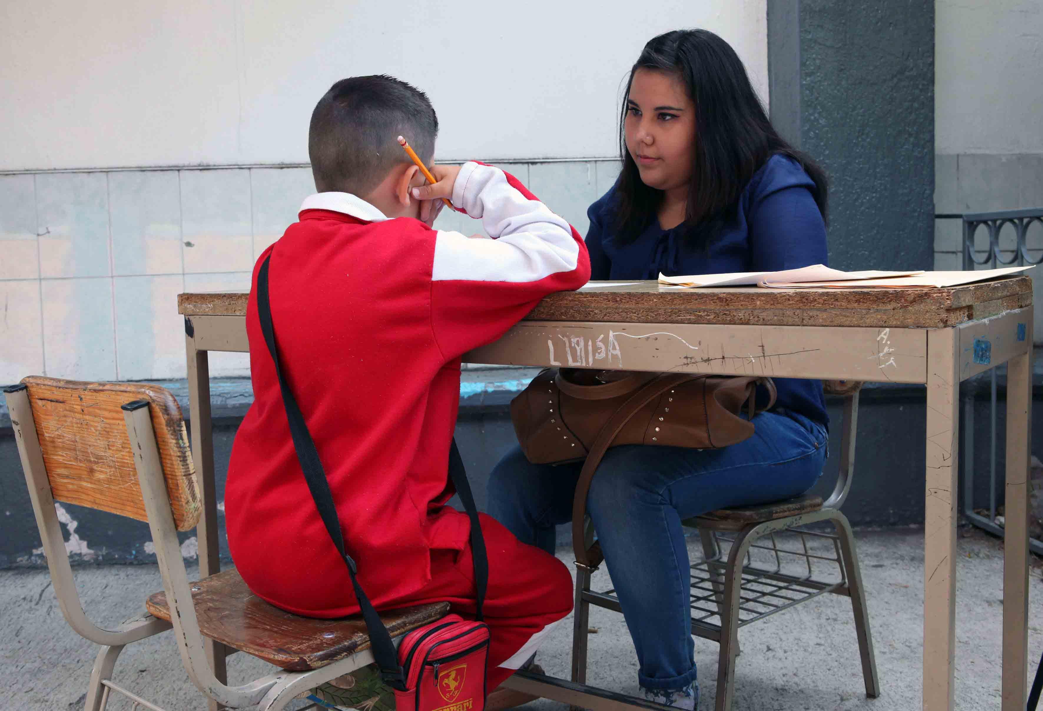 Mujer y niño en una mesa de trababjo