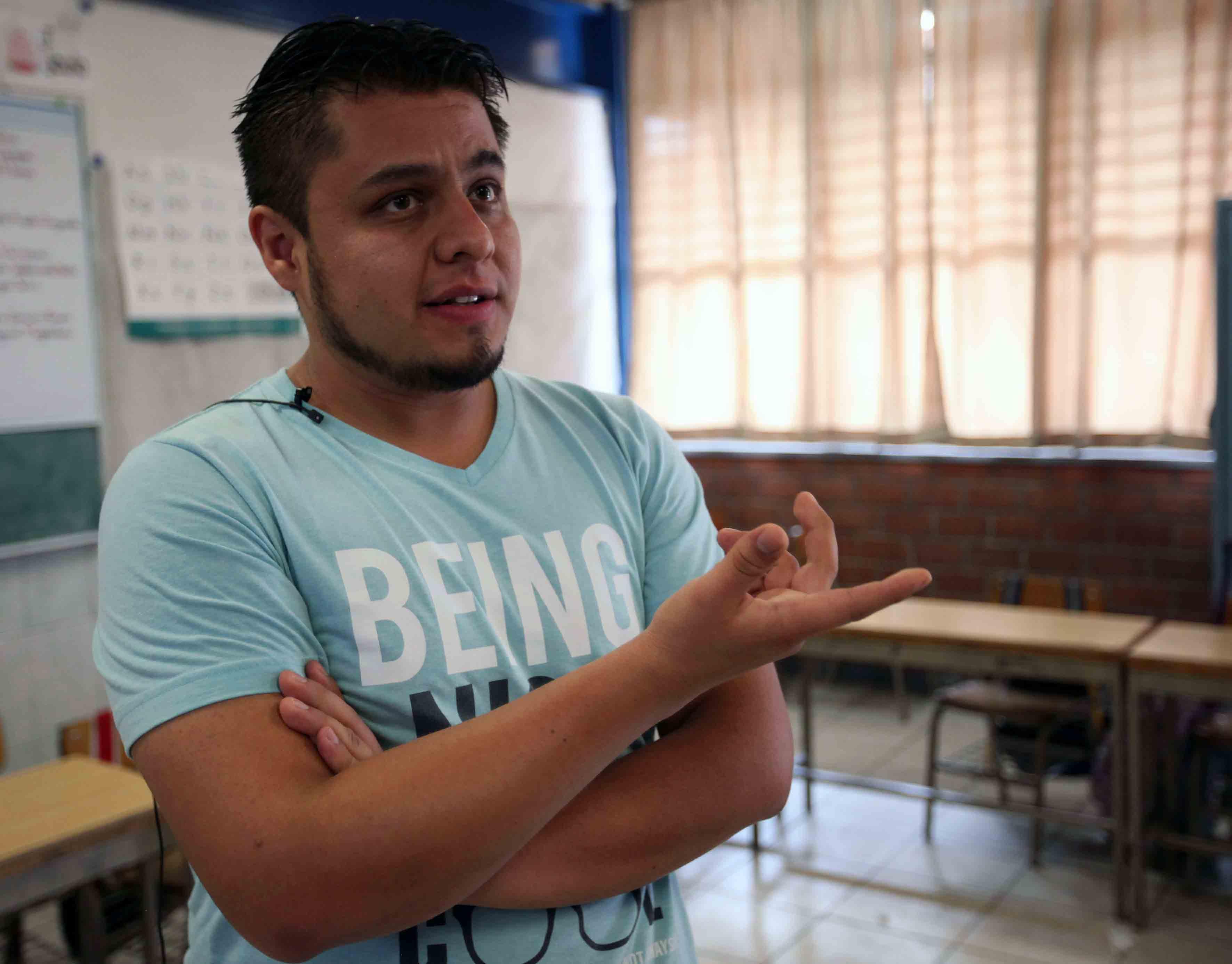 Hombre en un salón de clases