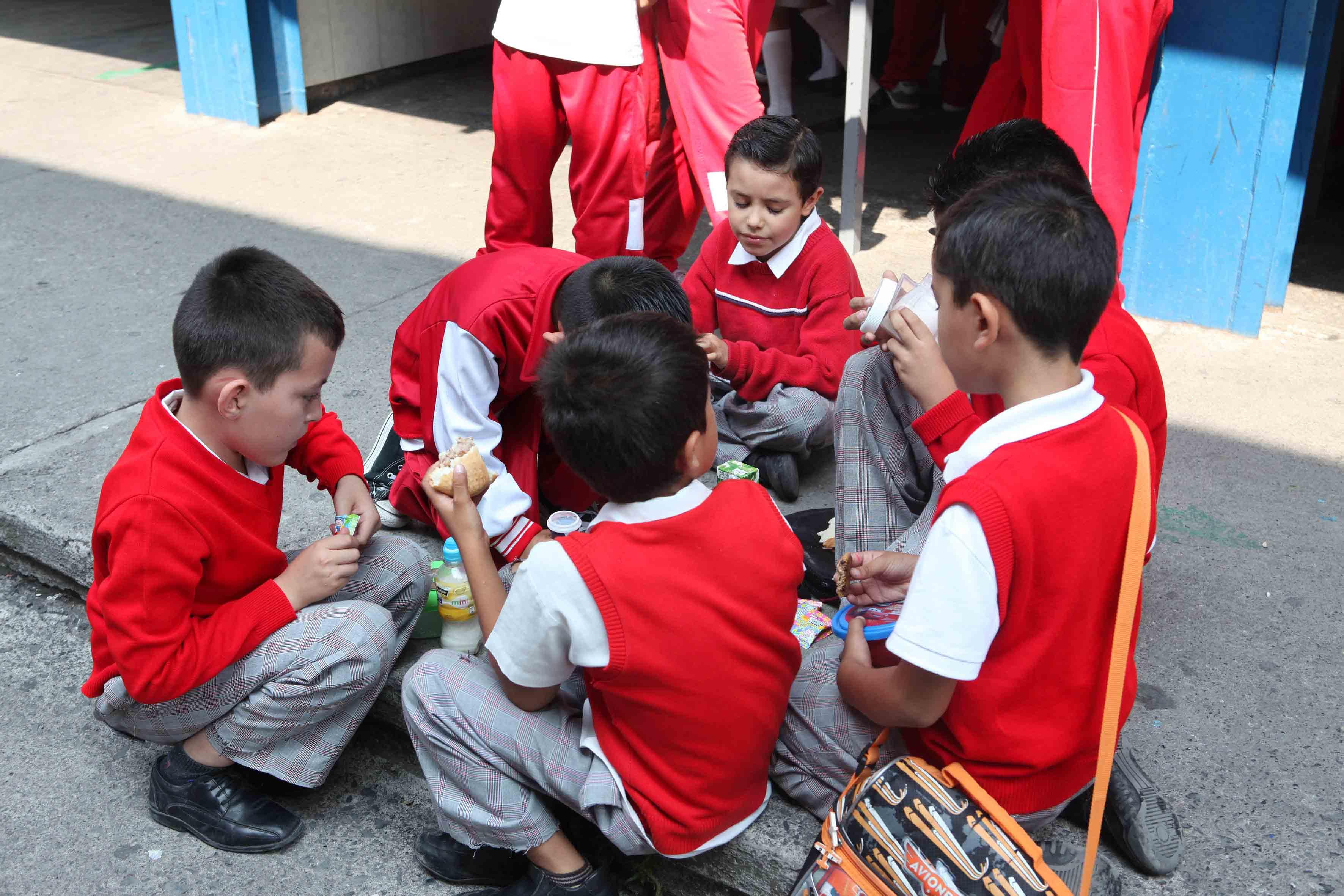 Niños comiendo en el recreo
