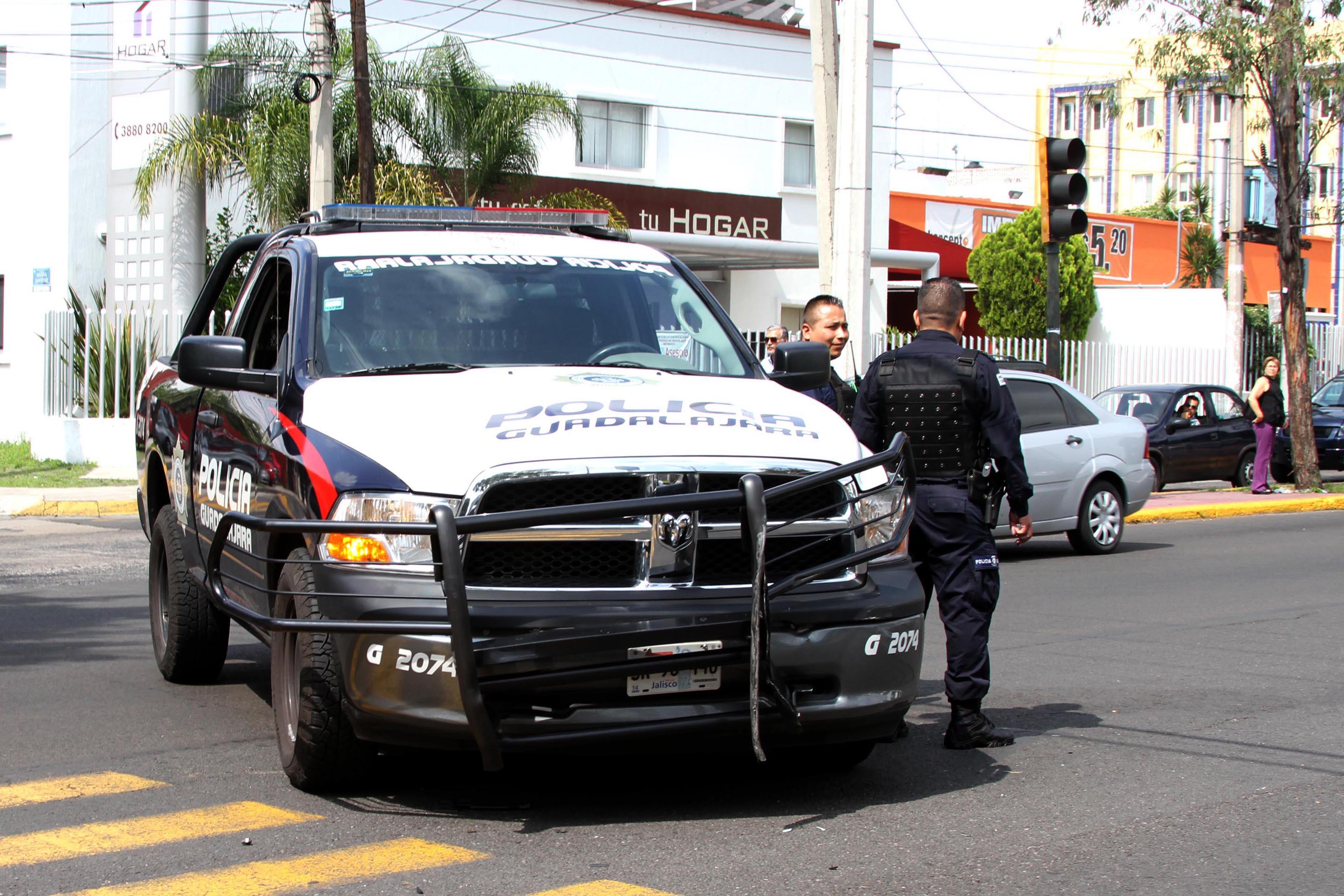 Patrulla y dos policías del municipio de Guadalajara.
