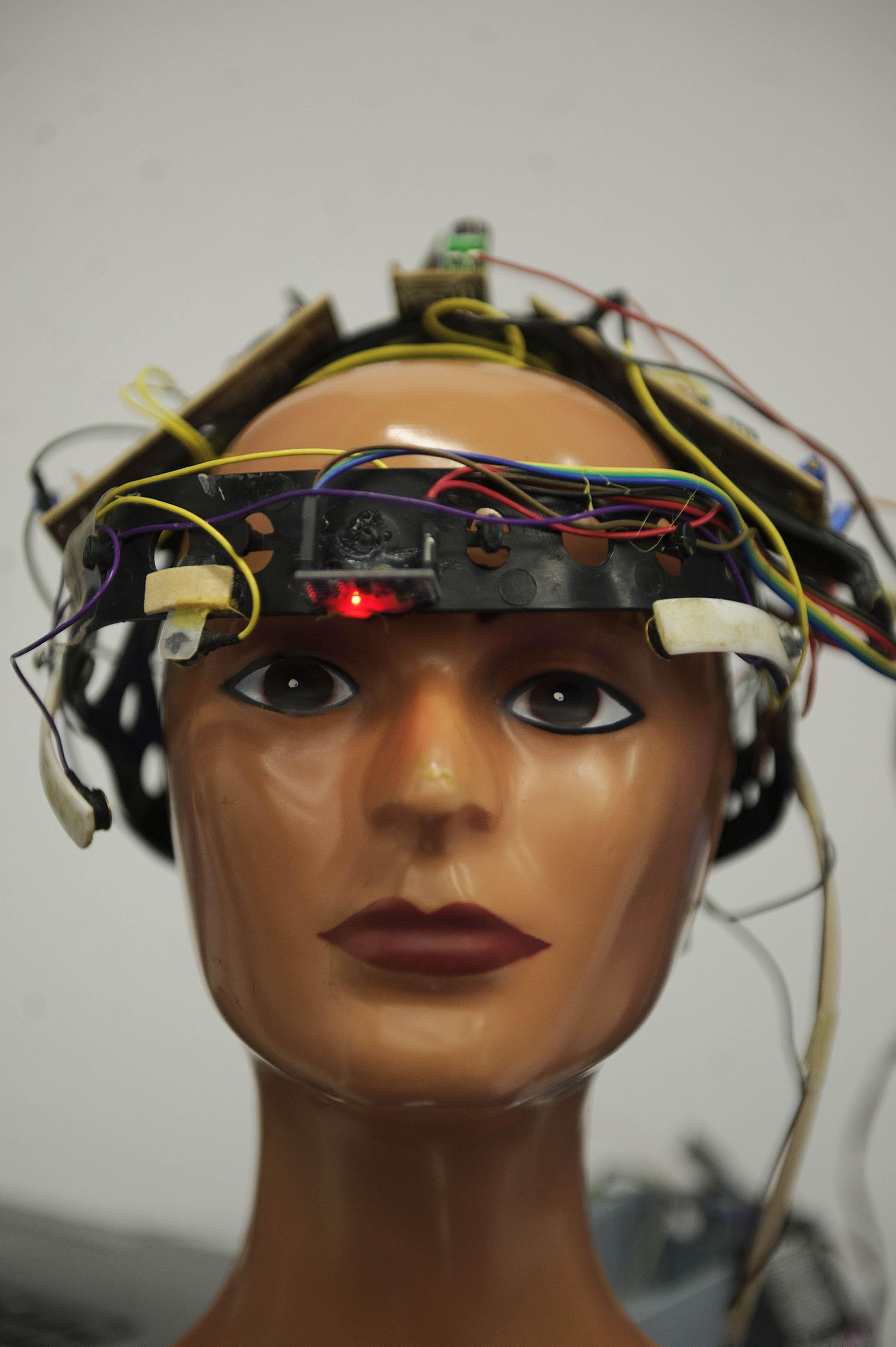 prototipo de un dispositivo que permitirá a las personas con discapacidad motriz, comunicarse por medio del movimiento muscular de los ojos.