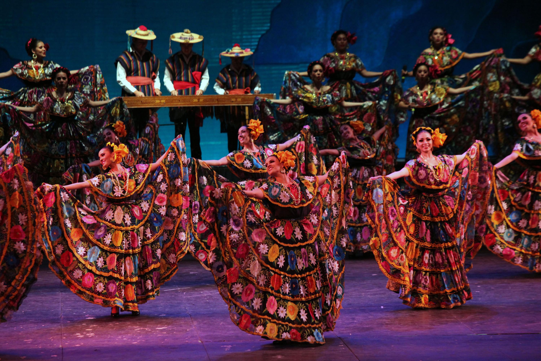 Ballet folclórico de la UdeG, en escena con un baile típico regional.