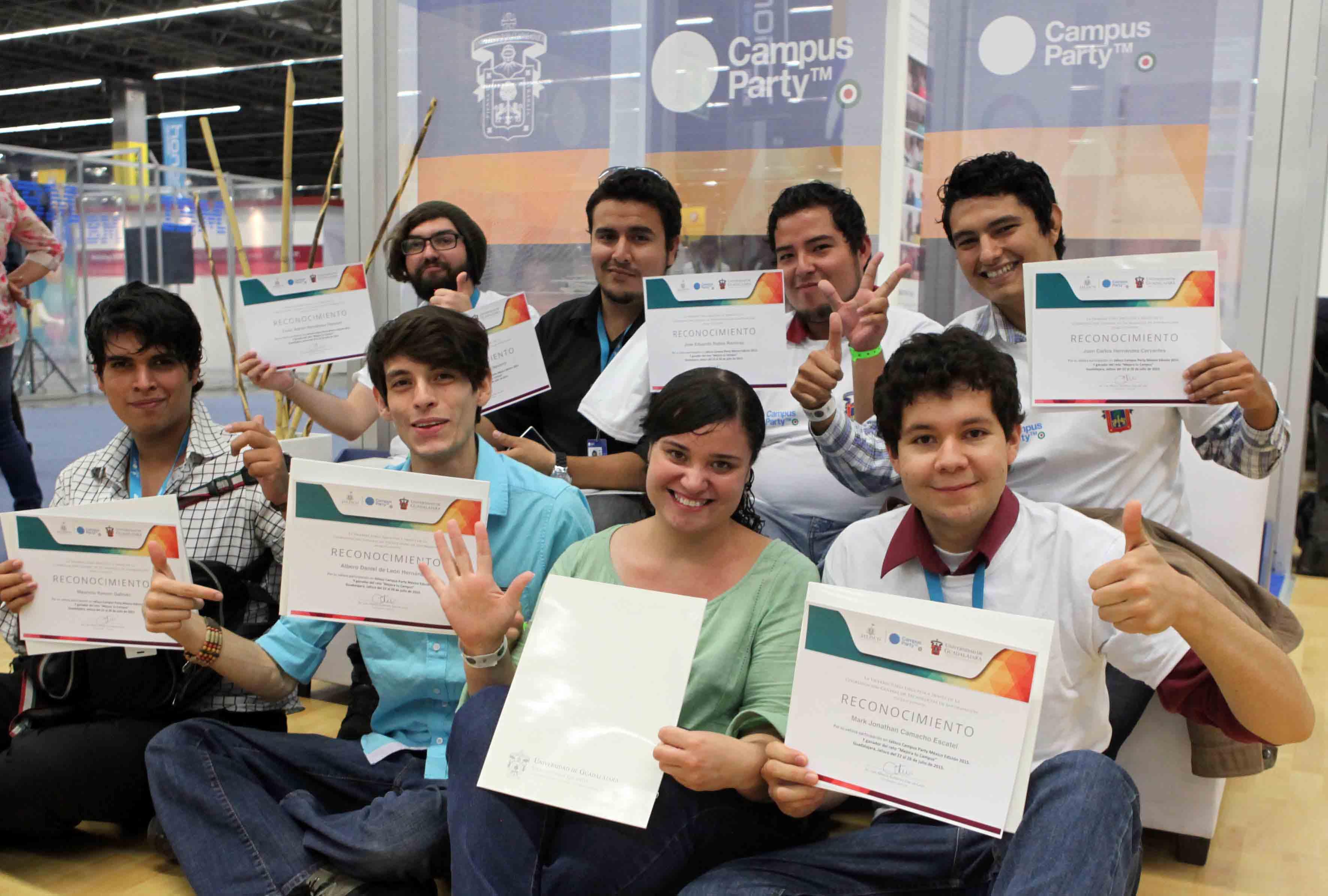 """Alumnos ganadores del reto """"Mejora tu campus"""" mostrando su reconocimiento"""