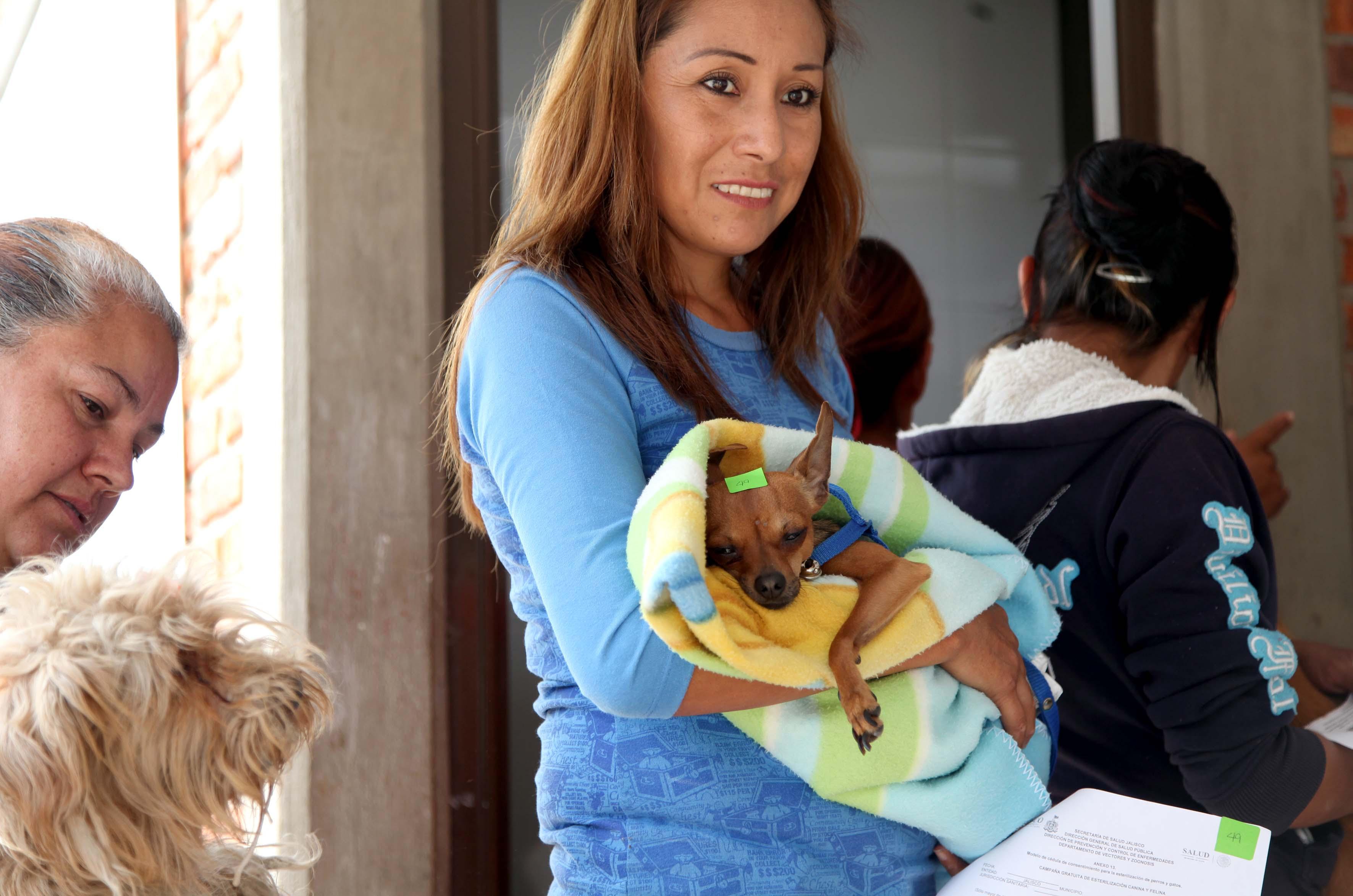 Mujeres llevando sus mascotas a esterelizarlos
