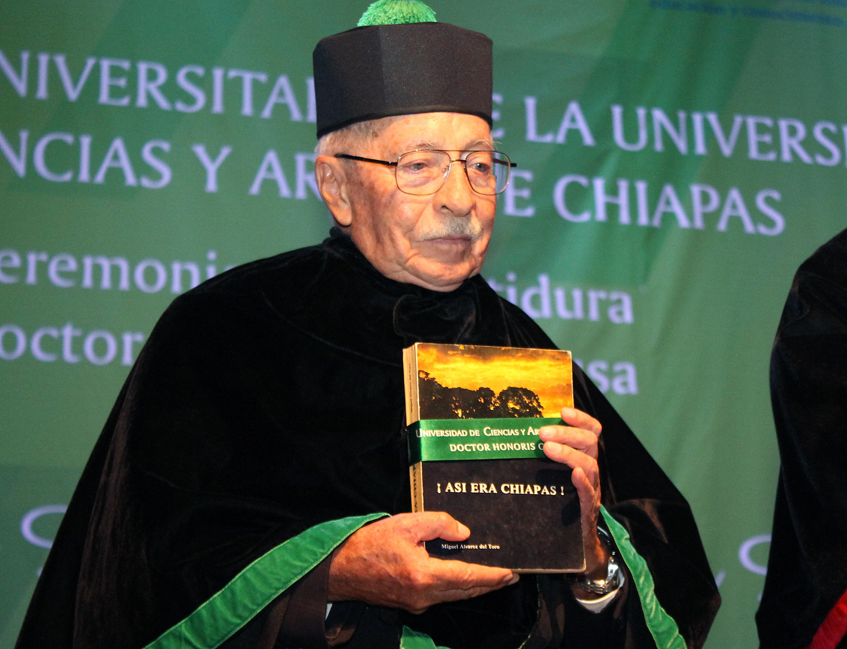 Biologo Juan Luis Cifuentes, mostrando el libro de la ciencia ¡Así era Chiapas¡