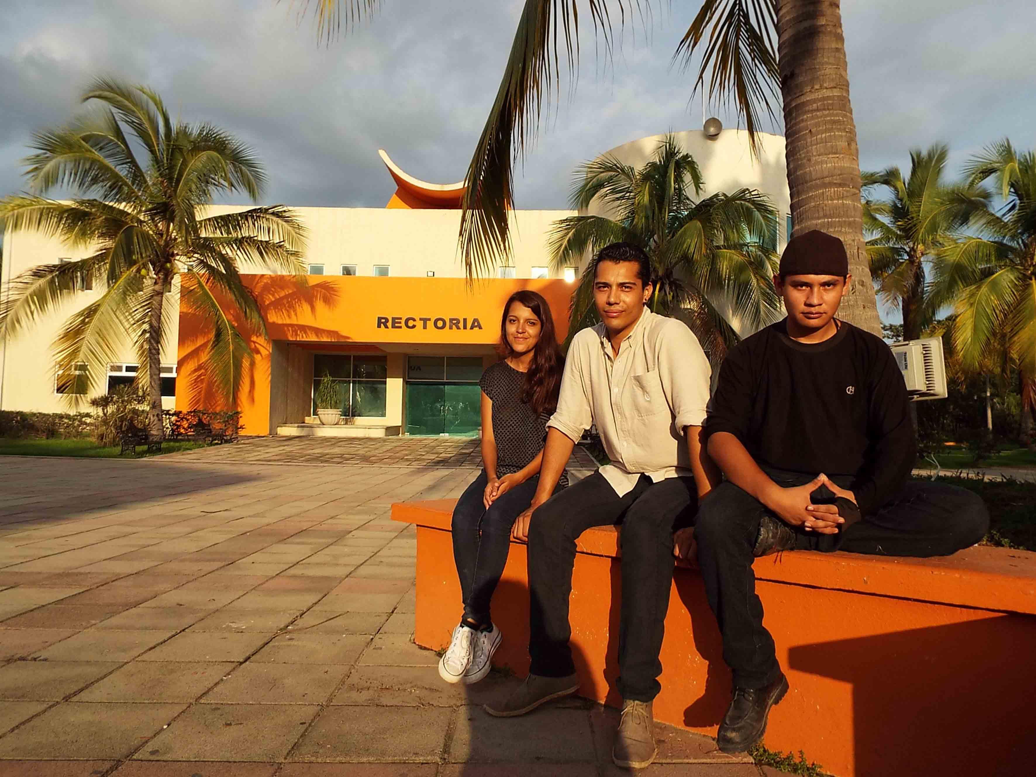 Estudiantes de la carrera de Arquitectura del Cucosta, ganadores del primer lugar en el concurso anual realizado por la Cámara Nacional de la Industria del Hierro y del Acero (CANACERO), posando en la entrada principal de su Centro Universitario.