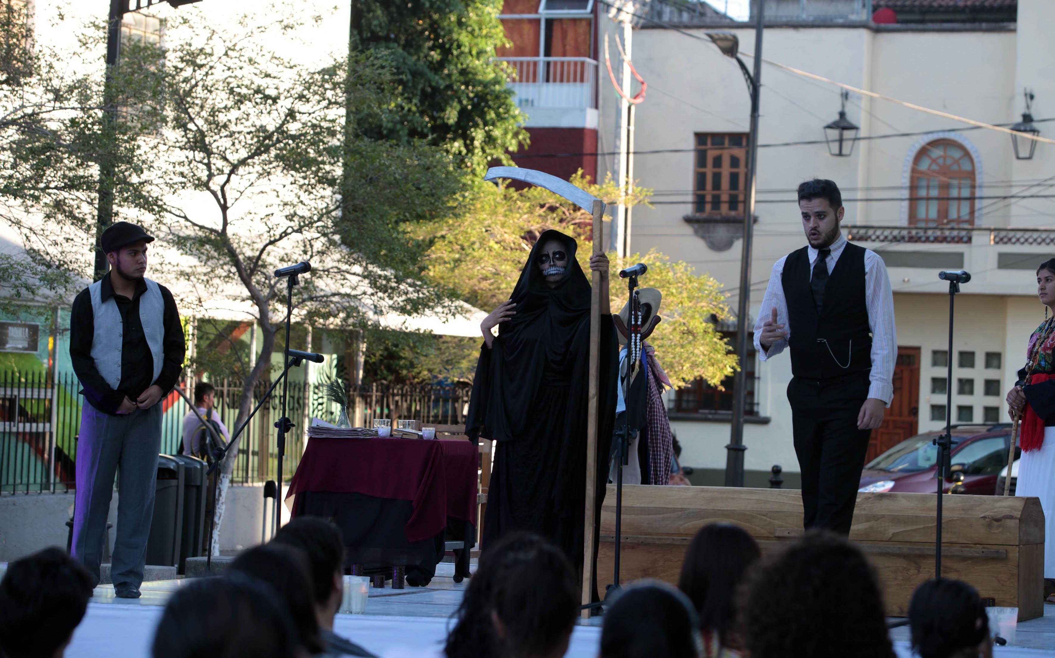 Grupo de teatro del Centro Universitario del Norte (CUNorte) la obra Bajo tierra, del escritor David Olguín,