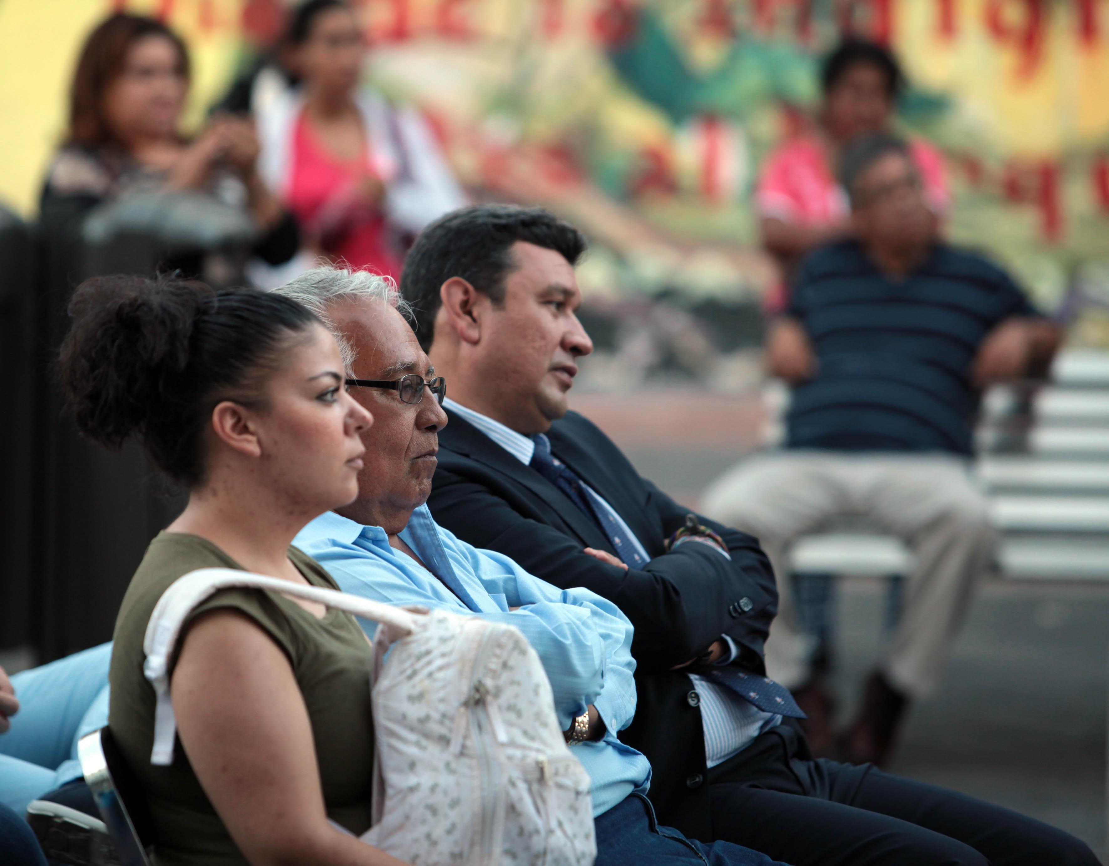 Asistentes en la Rambla Cataluña observando la obra teatral