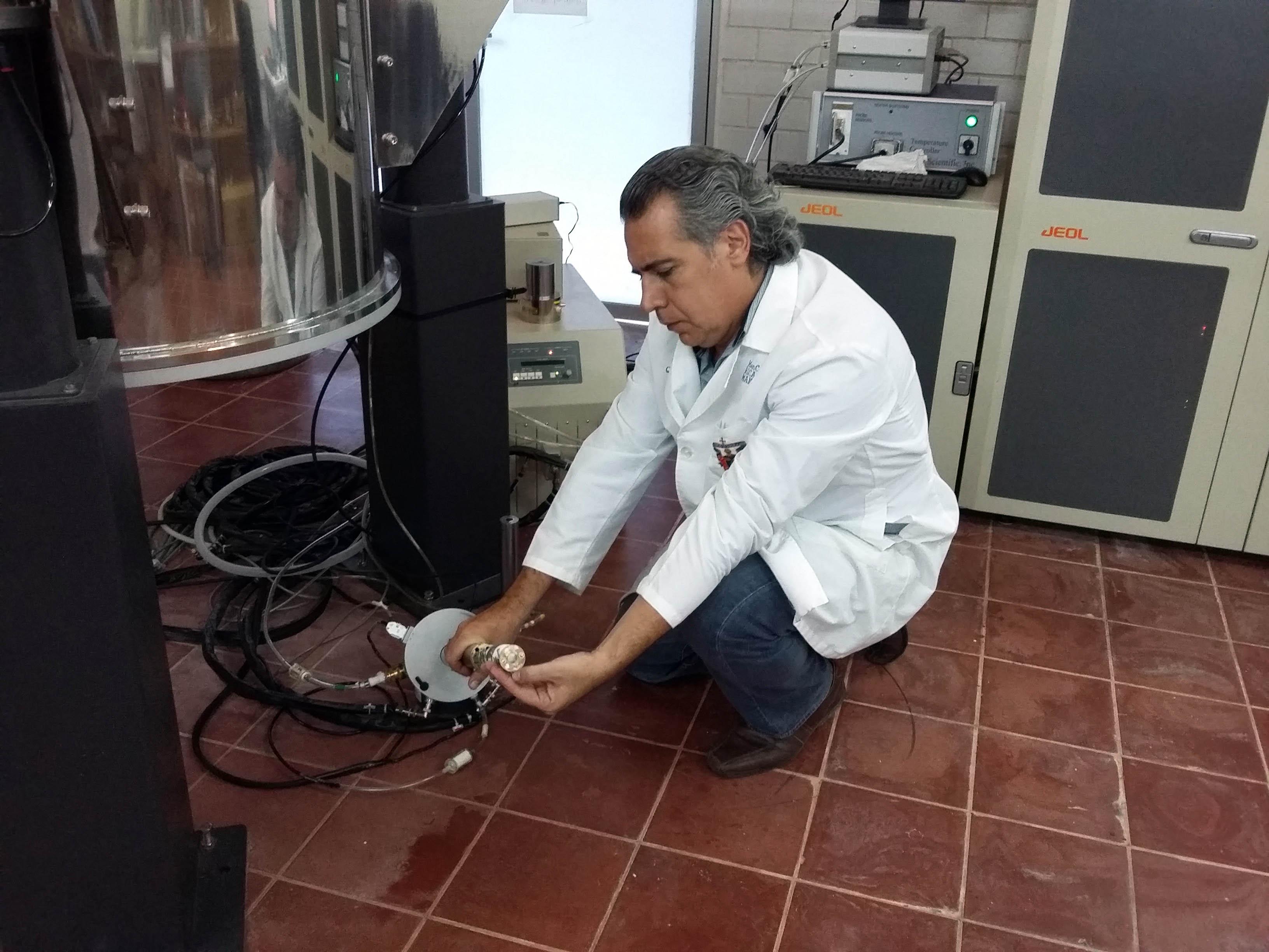 Hombre instalando un equipo de instrumentación
