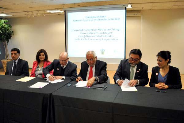 Foto de la firma de convenio generales de vinculación entre el Consulado de México en Chicago y Casa Jalisco EE.UU; así como, de ésta última institución gubernamental y la Organización Comunitaria Frida Kahlo; para impulsar la educación y la investigación.