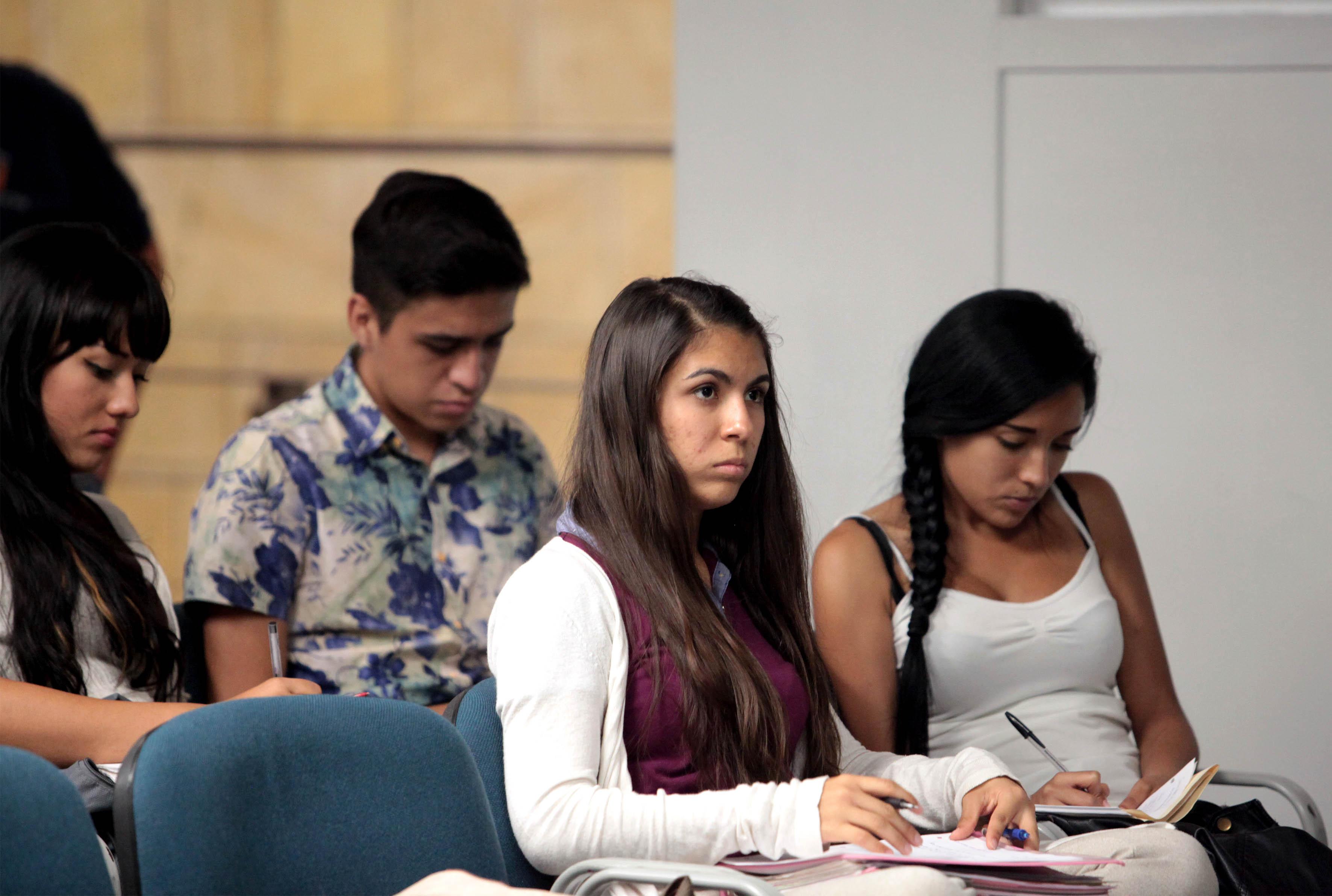 """Jovenes asistentes a la charla  """"Los virus, esos desconocidos"""" impartida por el Dr. Arturo Orozoco Barocio"""