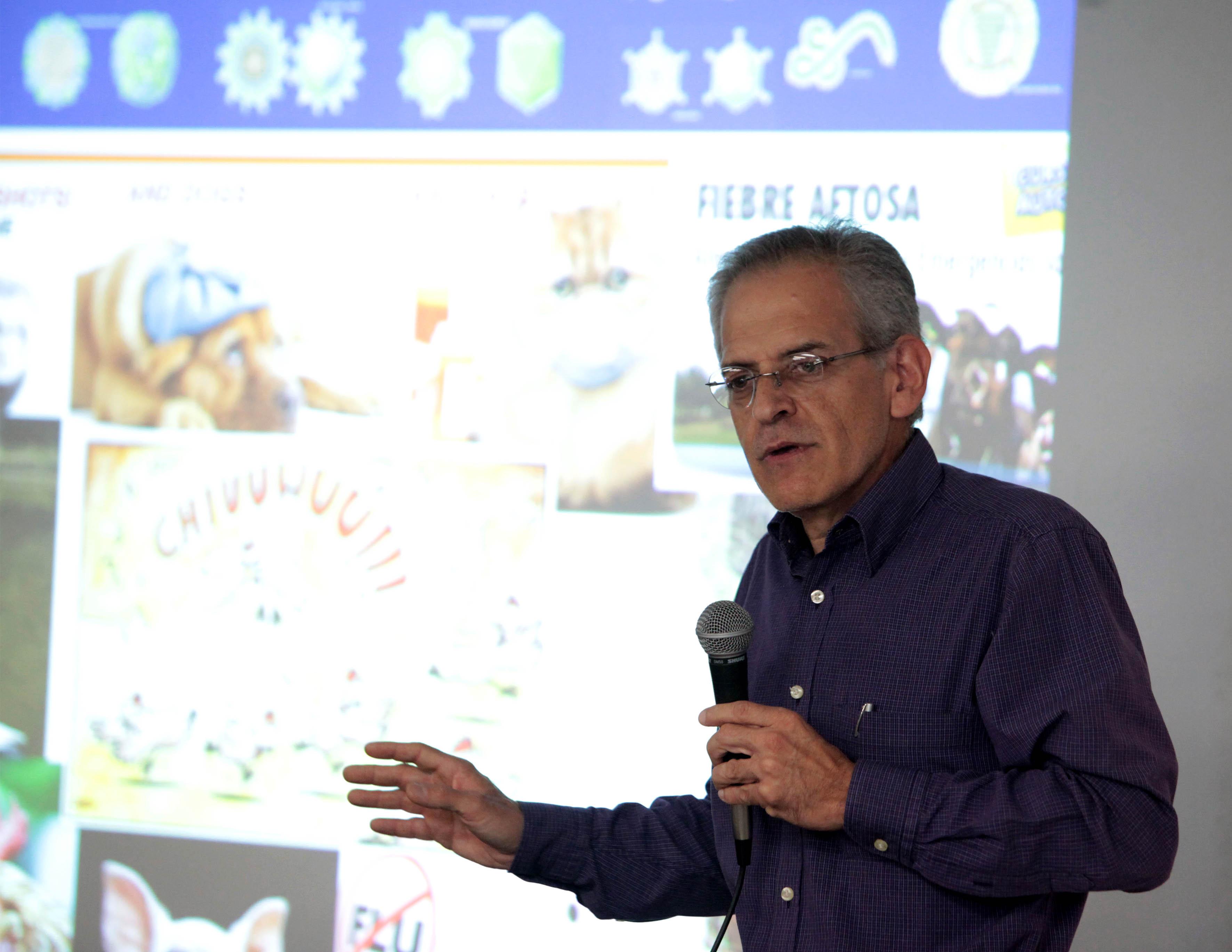 Dr. Arturo Orozco Barocio haciendo uso de la palabra