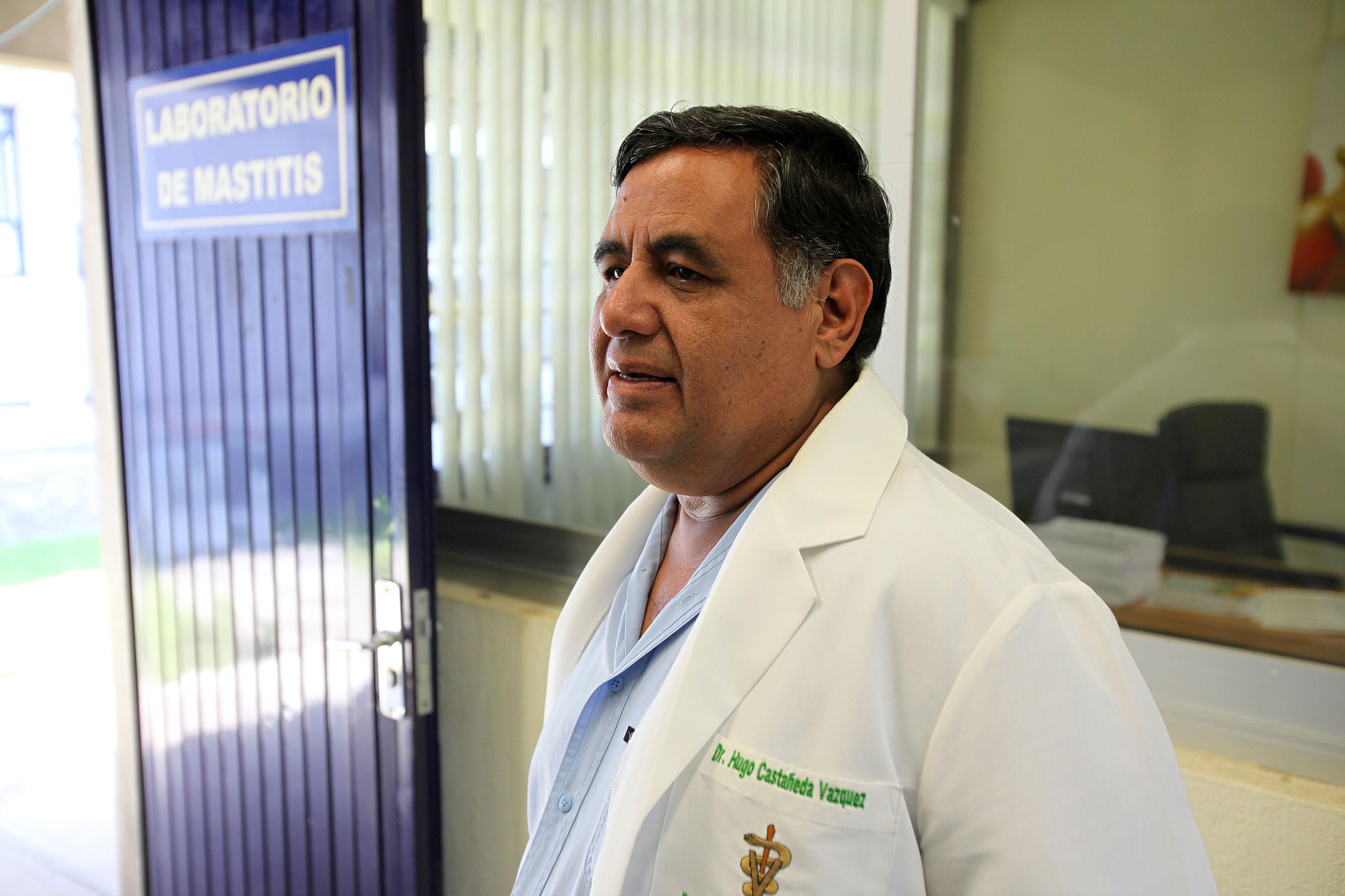 Jefe del Laboratorio de Mastitis y Diagnóstico Molecular de la Universidad de Guadalajara, doctor Hugo Castañeda Vázquez