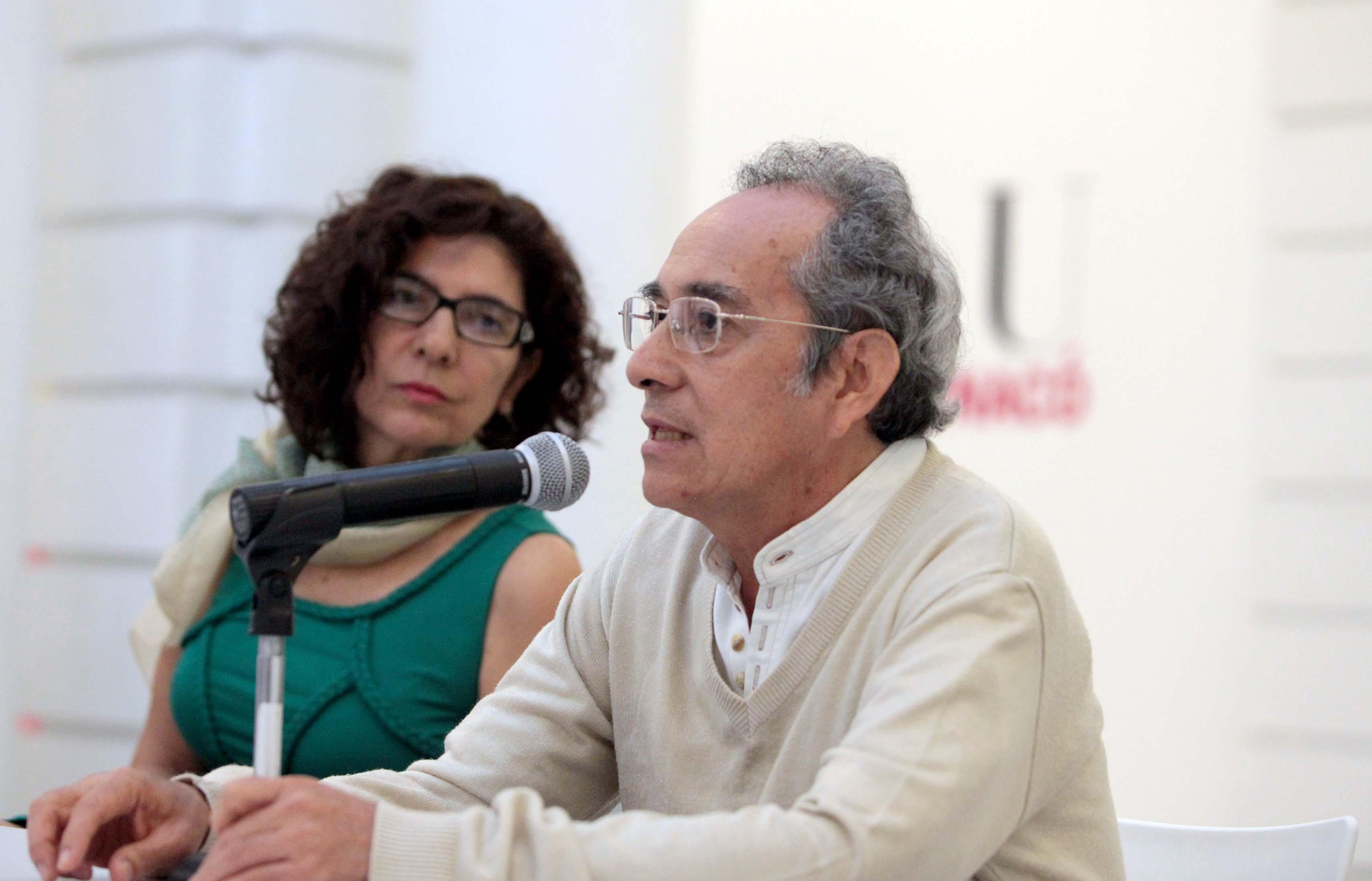 """Participación de Javier Ramírez en conferencia de prensa como curador de la exposición """" Puertas abiertas abiertas""""."""