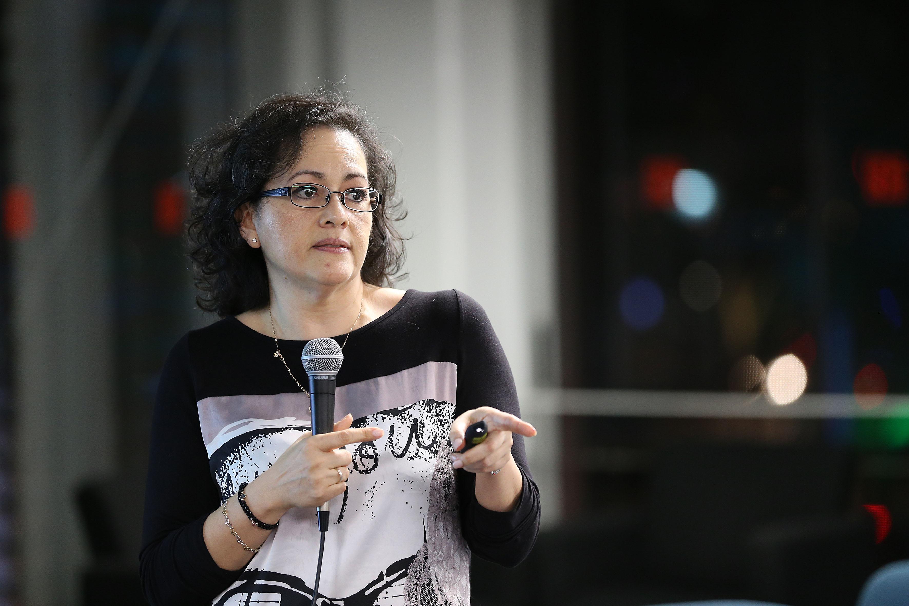 Doctora Graciela Gudiño Cabrera hablando frente al micrófono