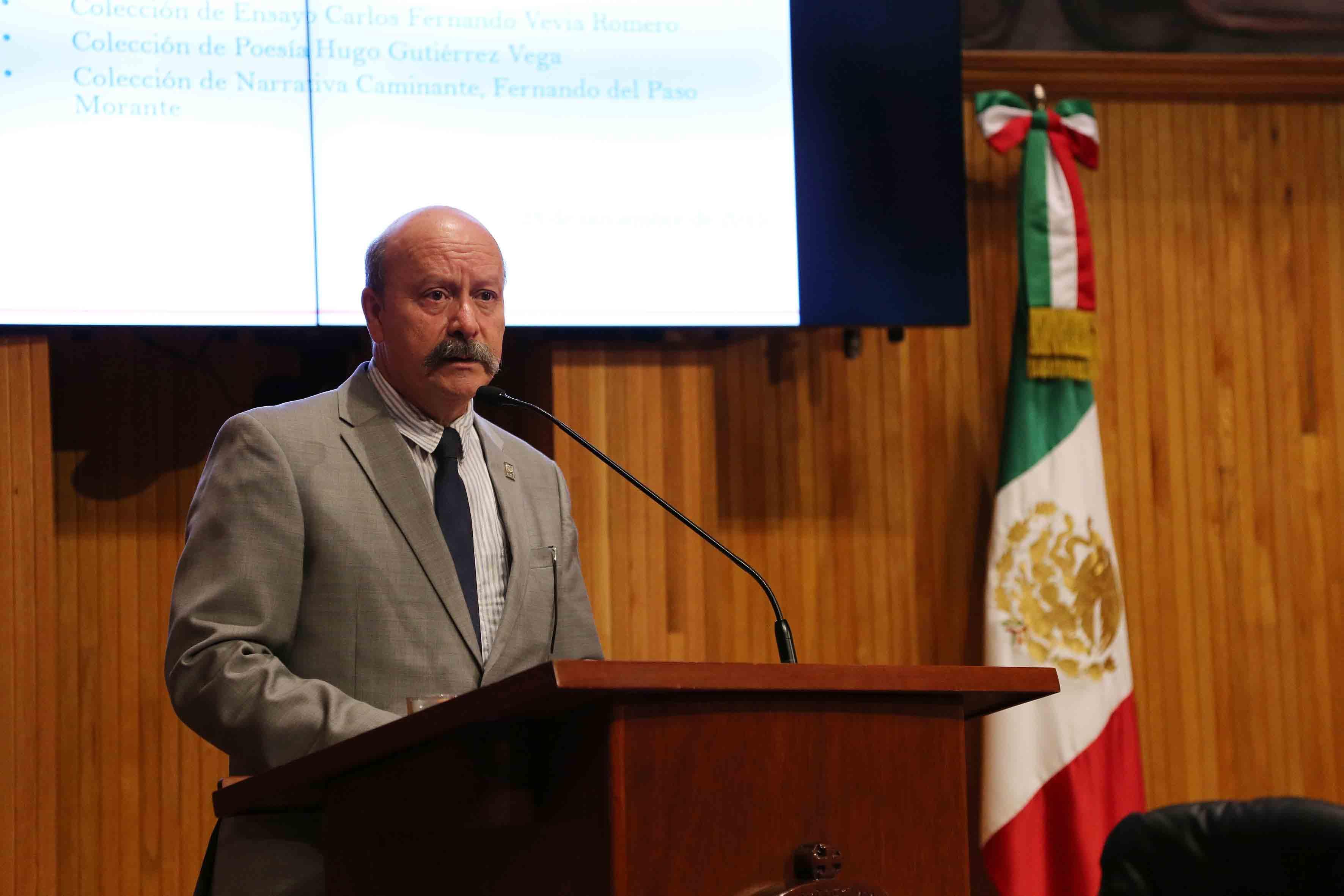 Mtro. Javier Espinoza de los Monteros Cárdenas, Director General del SEMS, en podium del Paraninfo Enrique Díaz de Léon.