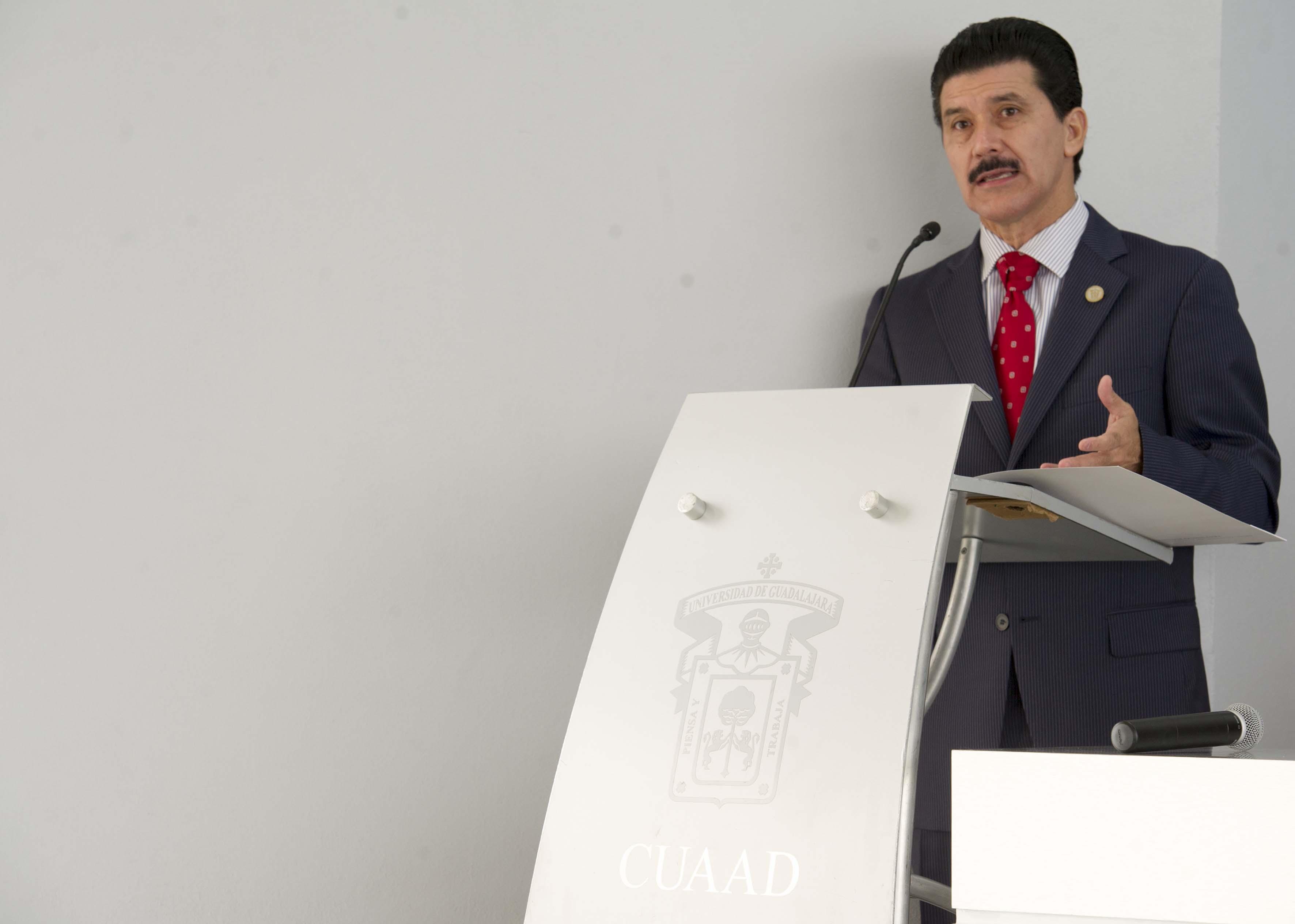 Mtro. Ernesto Flores Gallo, Rector del CUAAD haciendo uso de la palabra